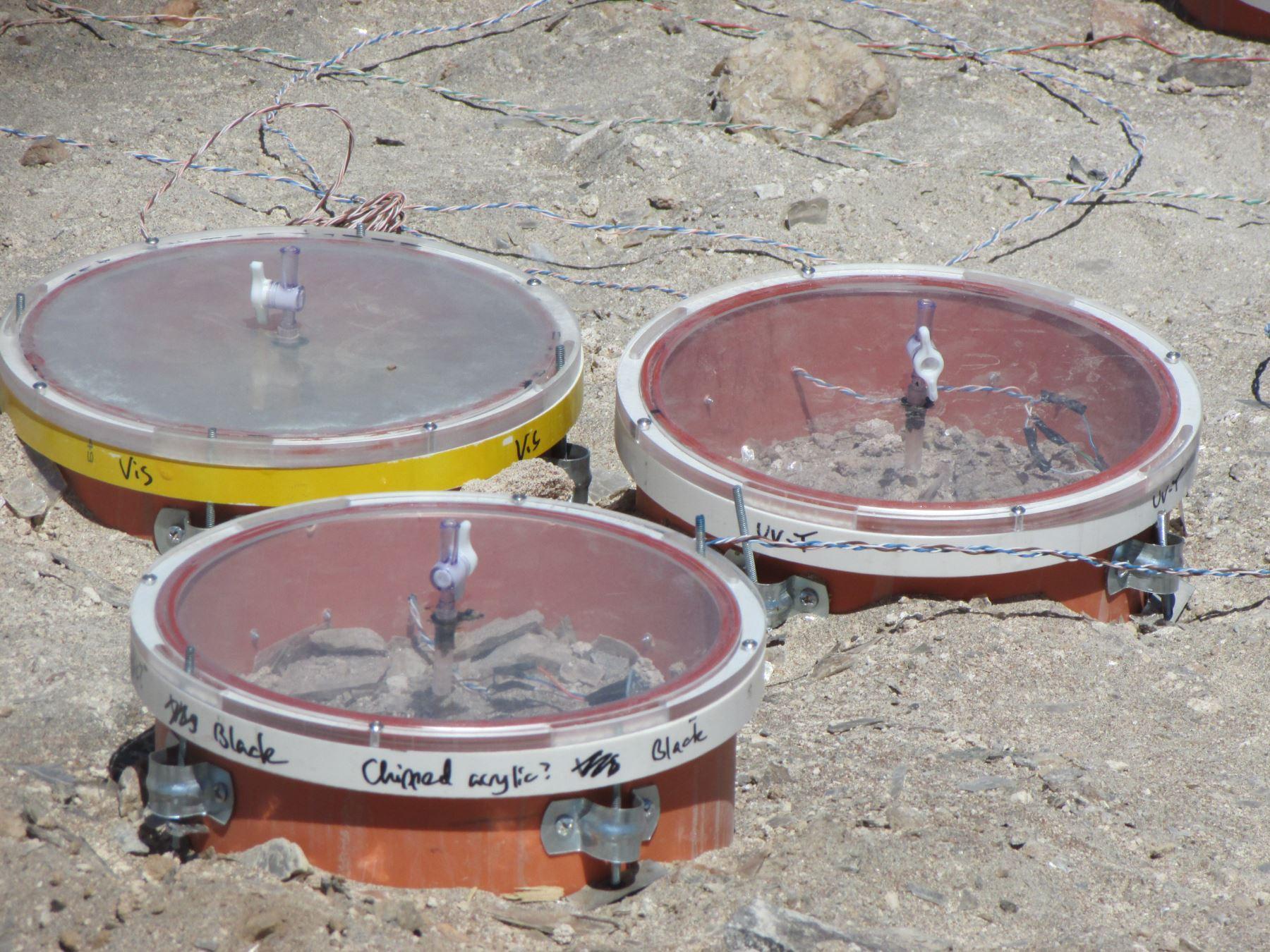 Diversos instrumentos y materiales son colocados en el desierto. Foto: Cortesía/Universidad Católica San Pablo de Arequipa