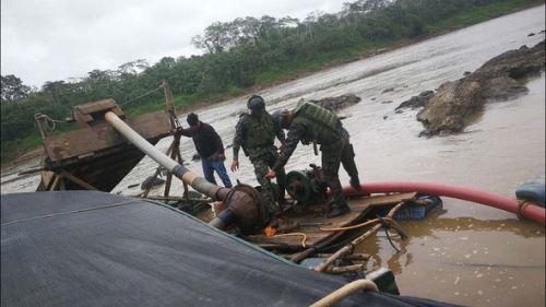 Se intervino una embarcación que transportaba aproximadamente 30 cilindros de combustible, se detuvo a un individuo indocumentado. Foto: ANDINA/Difusión.