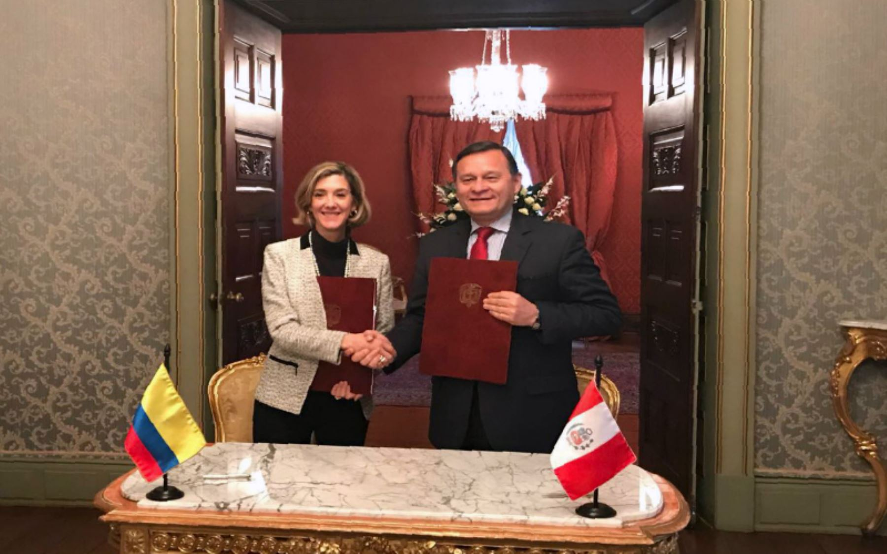 Viceministro de Relaciones Exteriores de Perú, Néstor Popolizio y de Colombia, Patty Londoño.