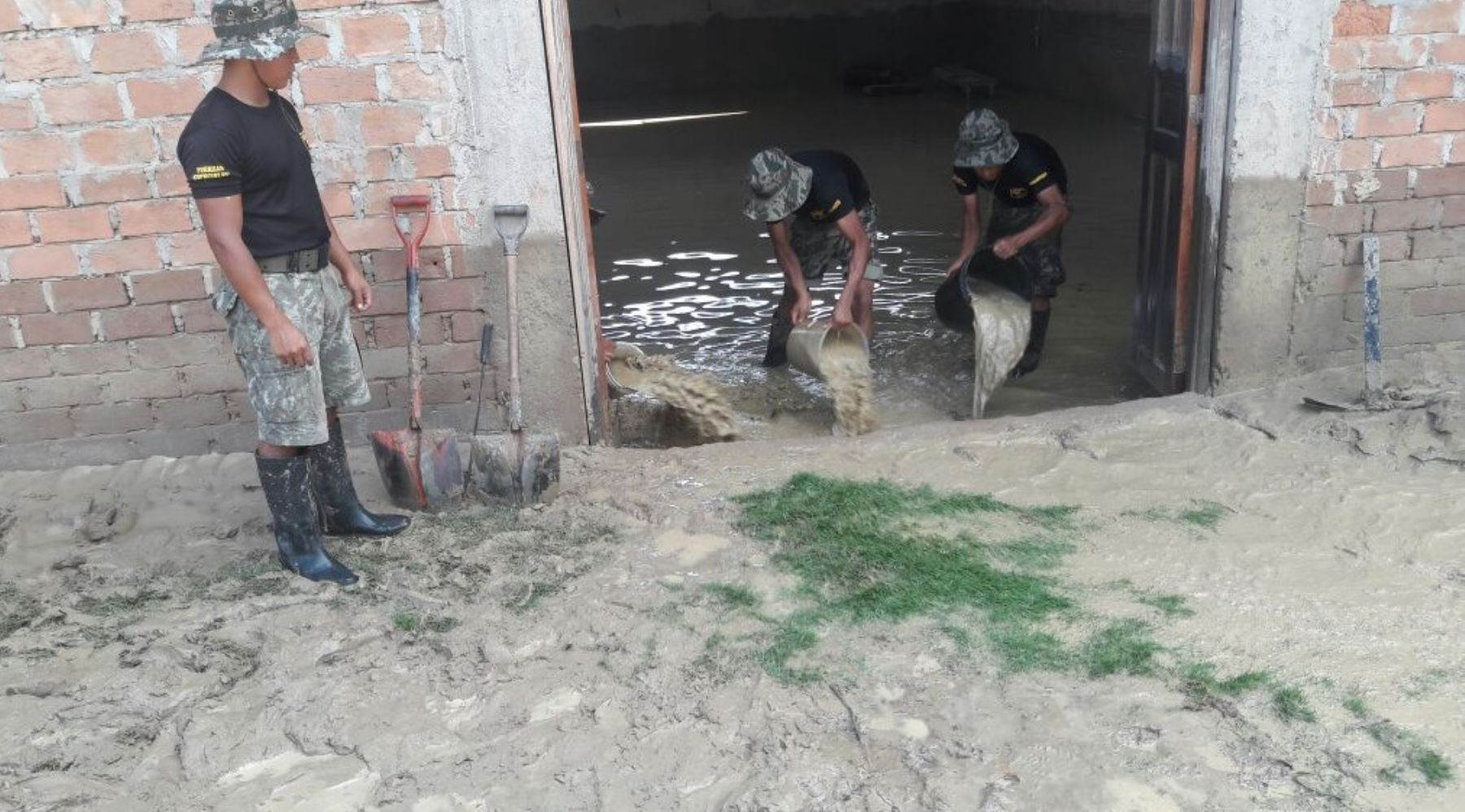 Más de 40 efectivos de la Tercera Brigada del Ejército que llegaron en la víspera vienen cumpliendo una importante labor de auxilio a la población damnificada por las inundaciones en la provincia de Picota, en la región San Martín.