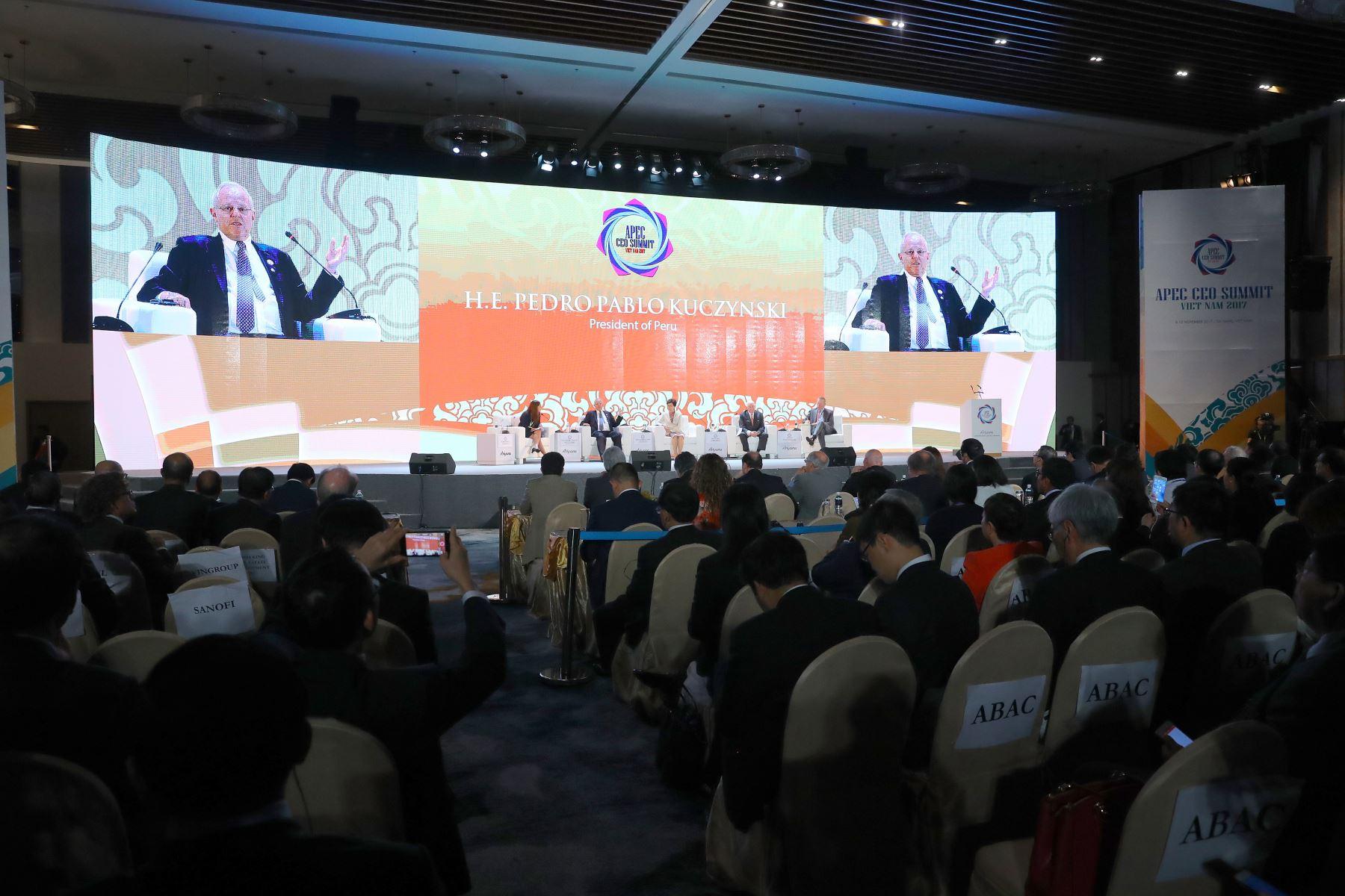 """Presidente Kuczynski participó en APEC CEO SUMMIT """"Creando un nuevo dinamismo, fomentando un futuro juntos"""" en Vietnam."""