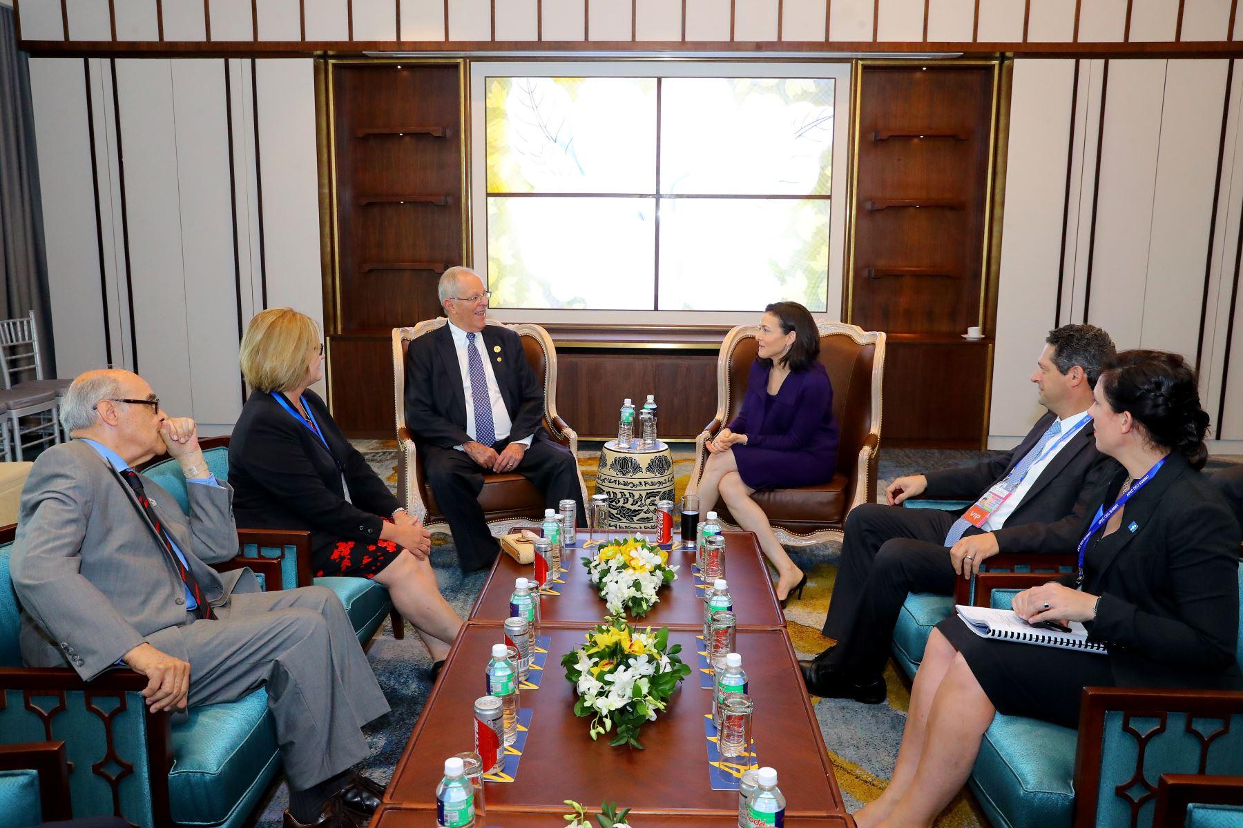 Mandatario se reunió con la directora de Operaciones de Facebook, Sheryl Sandberg en el Marco de la XXV Cumbre APEC. Foto:ANDINA/Prensa Presidencia