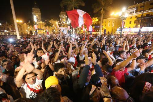 LIMA,PERÚ-NOVIEMBRE 10. Hinchas alientan a la selección peruana durante el partido contra Nueva Zelanda en la plaza de armas de Lima. Foto: ANDINA/Jhony Laurente