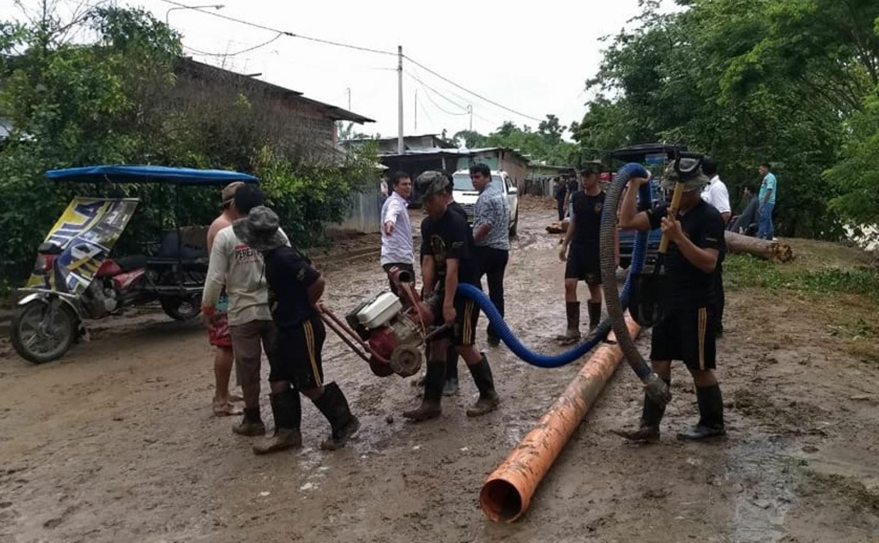 En su segundo día de intervención como elementos de primera respuesta, los soldados de la Tercera Brigada de Fuerzas Especiales del Ejército continúan colaborando con la descolmatación de drenajes, remoción y limpieza de escombros de viviendas, calles, carreteras y puentes afectados por las lluvias y desbordes del río Cumbaza, en la región San Martín.
