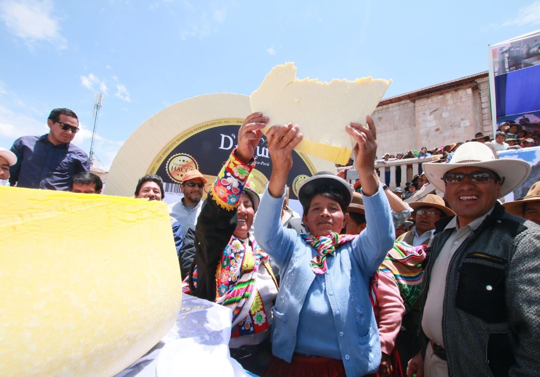 Elaboran el telar y queso más grande del mundo en provincia de Espinar, Cusco. ANDINA/Difusión