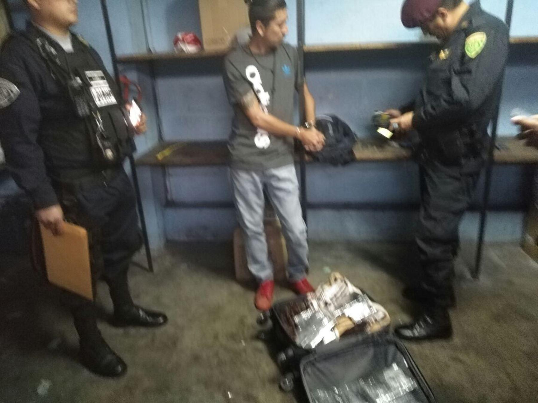 Jhonny Navarro Vela, de 34 años llevaba un maletín con más de 0 kilos de clorhidrato de cocaína.