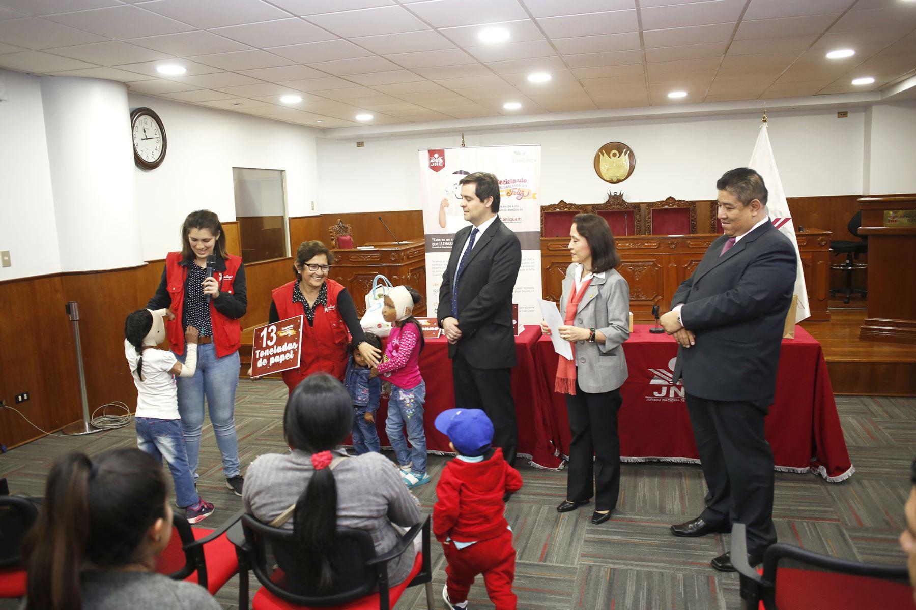 Entrega de donación de papel reciclado a favor de niños de Aniquem.