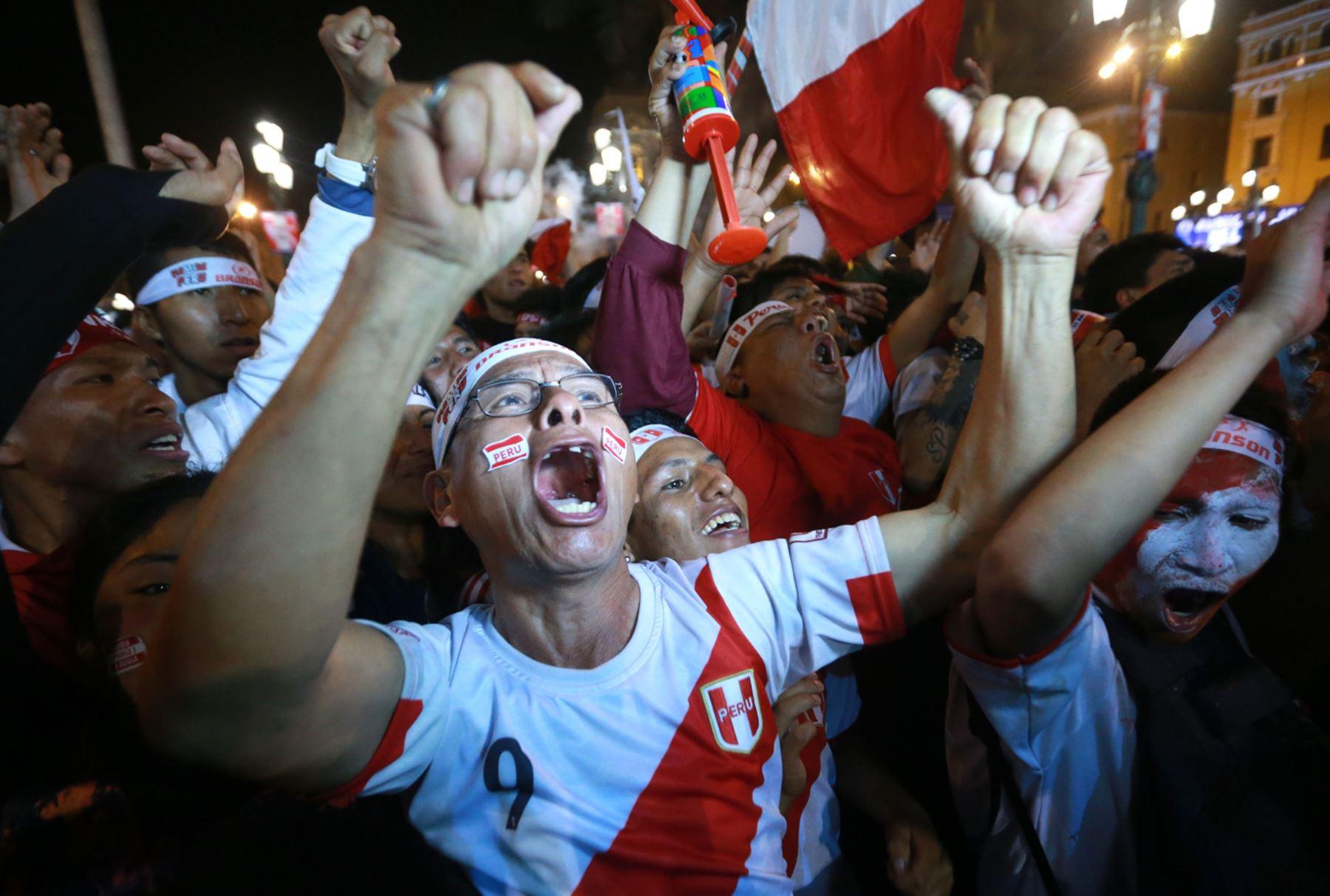 LIMA,PERÚ-NOVIEMBRE 15. Hinchas celebran clasificación para el Mundial de Rusia 2018. Foto: ANDINA/Vidal Tarqui
