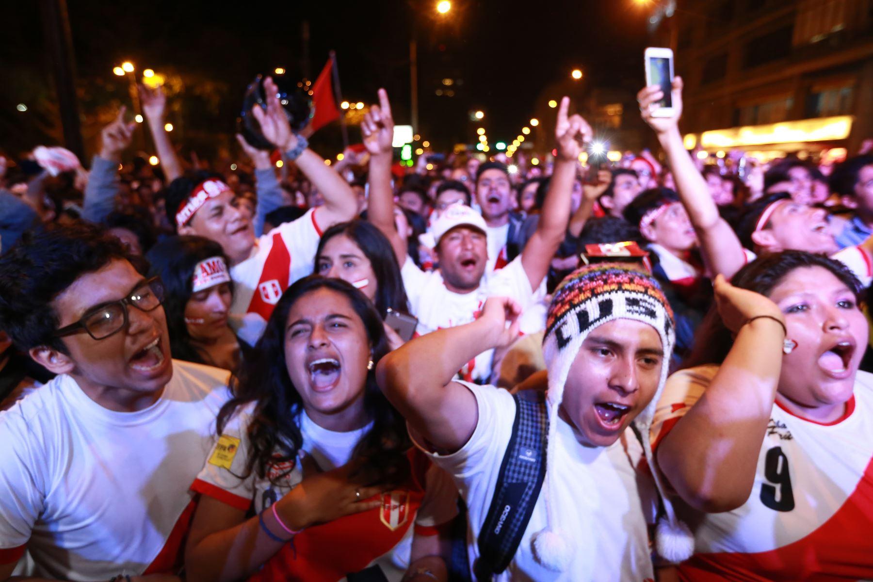 LIMA,PERÚ-NOVIEMBRE 15. Hinchas peruanos  celebran  la clasificación al Mundial de Rusia 2018.Foto: ANDINA/Dante Zegarra.