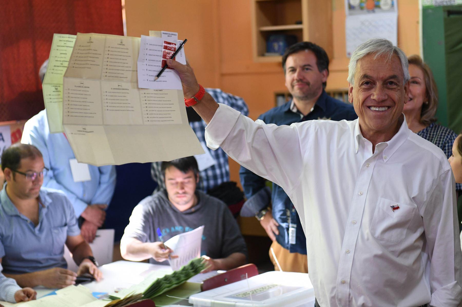 Candidato presidencial chileno Sebastián Piñera se prepara para votar durante las elecciones presidenciales de Santiago .Foto:AFP