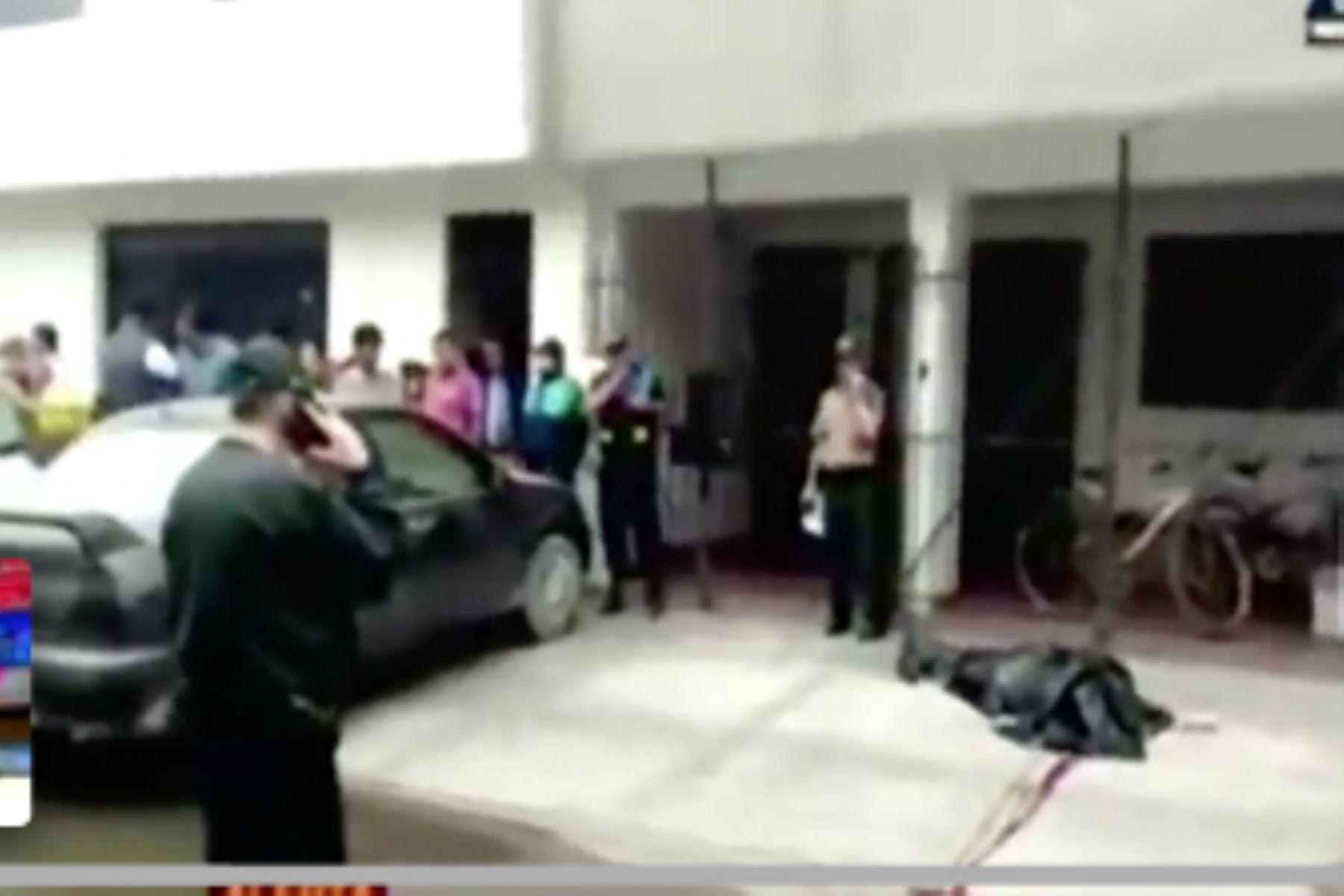 Asesinan a balazos a un hombre ya su hija en Santa Anita