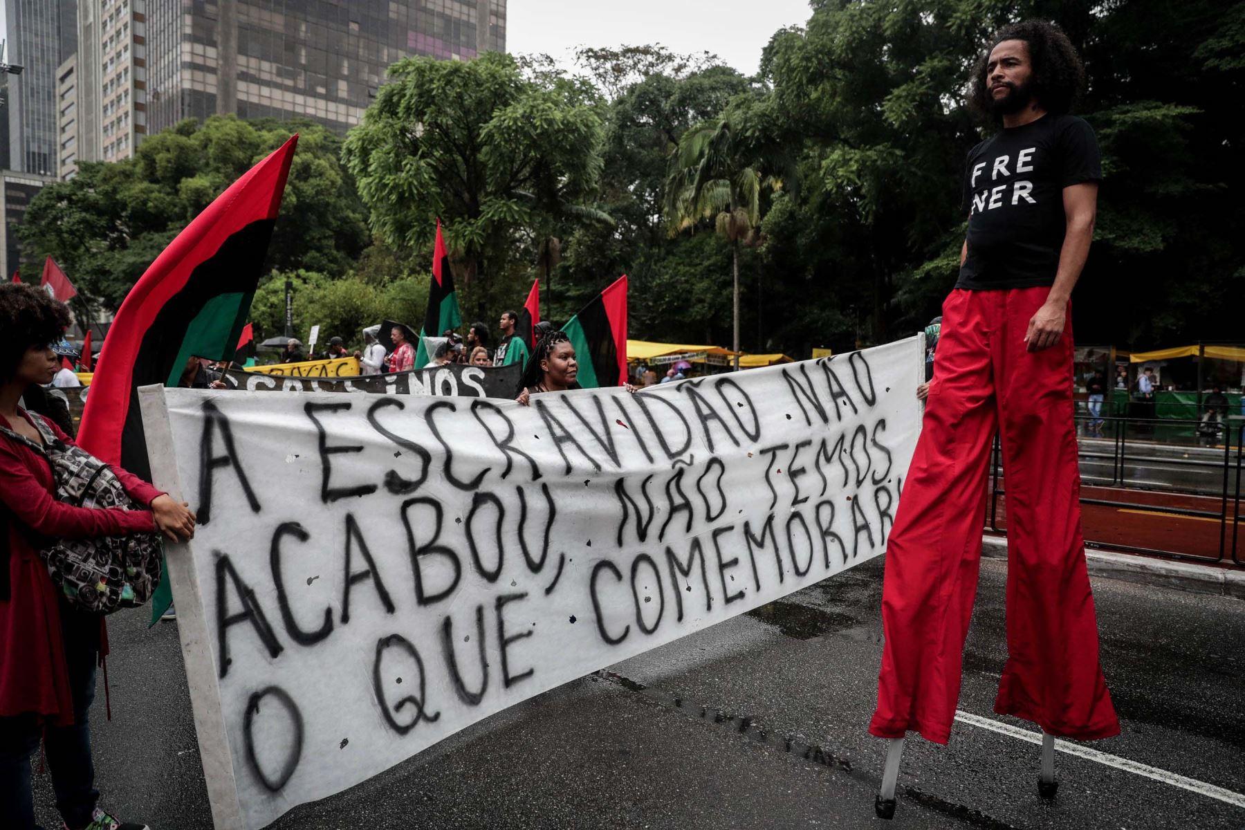 Manifestantes se reúnen en la céntrica Avenida Paulista para denunciar el racismo persistente en Brasil, al conmemoración del Día de la Conciencia Negra.Foto:EFE