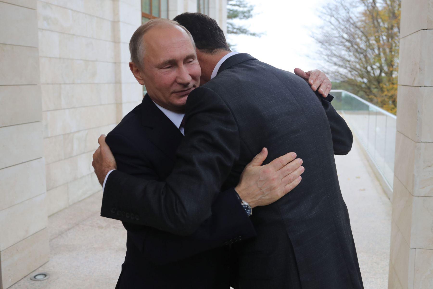 El presidente de Rusia, Vladimir Putin  abraza a su homólogo sirio Bashar al-Assad durante una reunión en Sochi. AFP