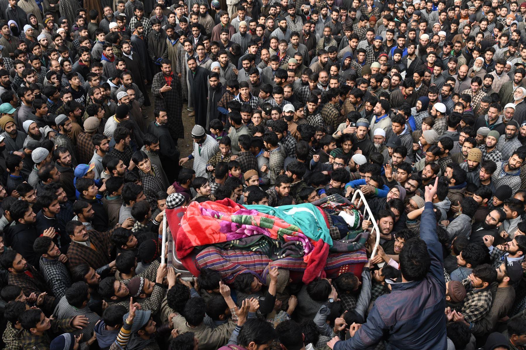 Aldeanos de Cachemira rodean el cuerpo del militante Adil Chopan durante su procesión fúnebre en Lurow. AFP