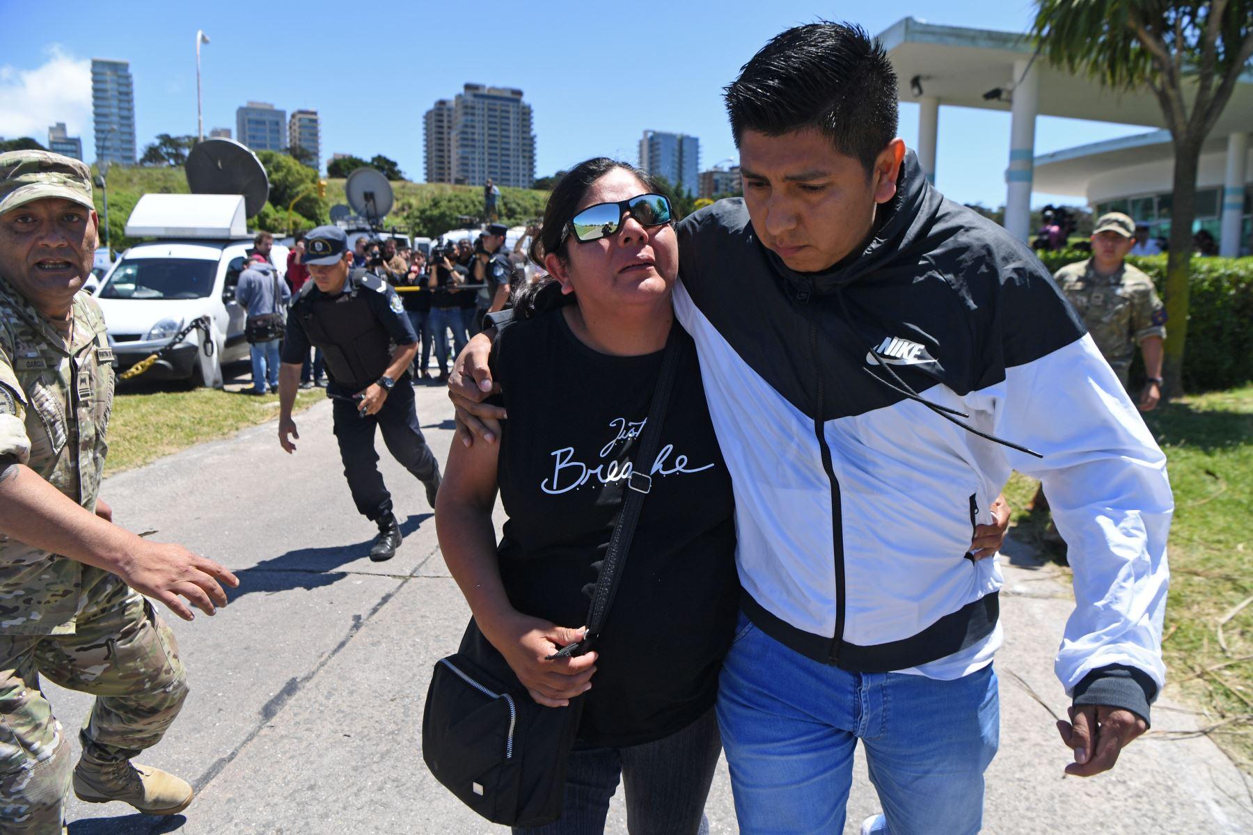 Pariente de desaparecido submarinista llega a la base naval de Argentina. AFP