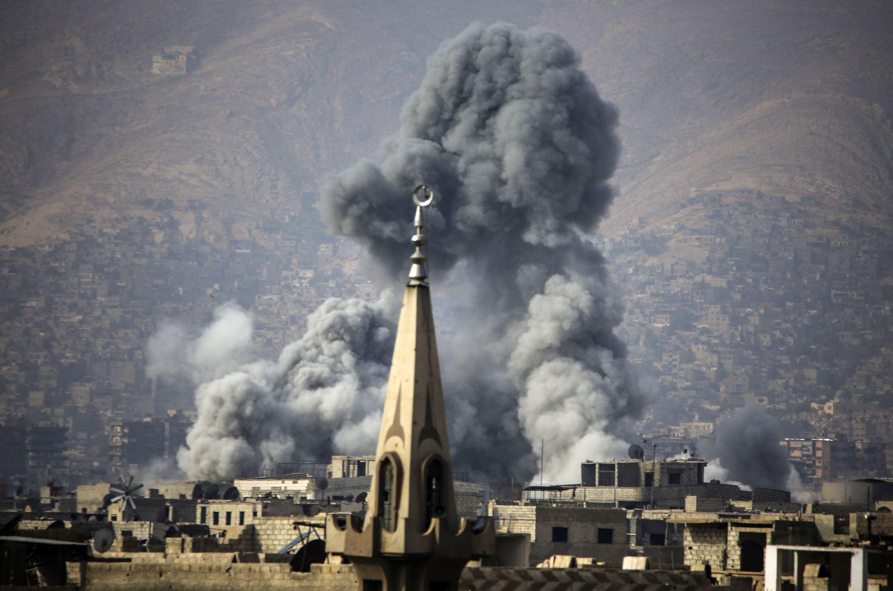 Ataque aéreo en la ciudad sitiada por los rebeldes de Arbin, en Damasco. AFP