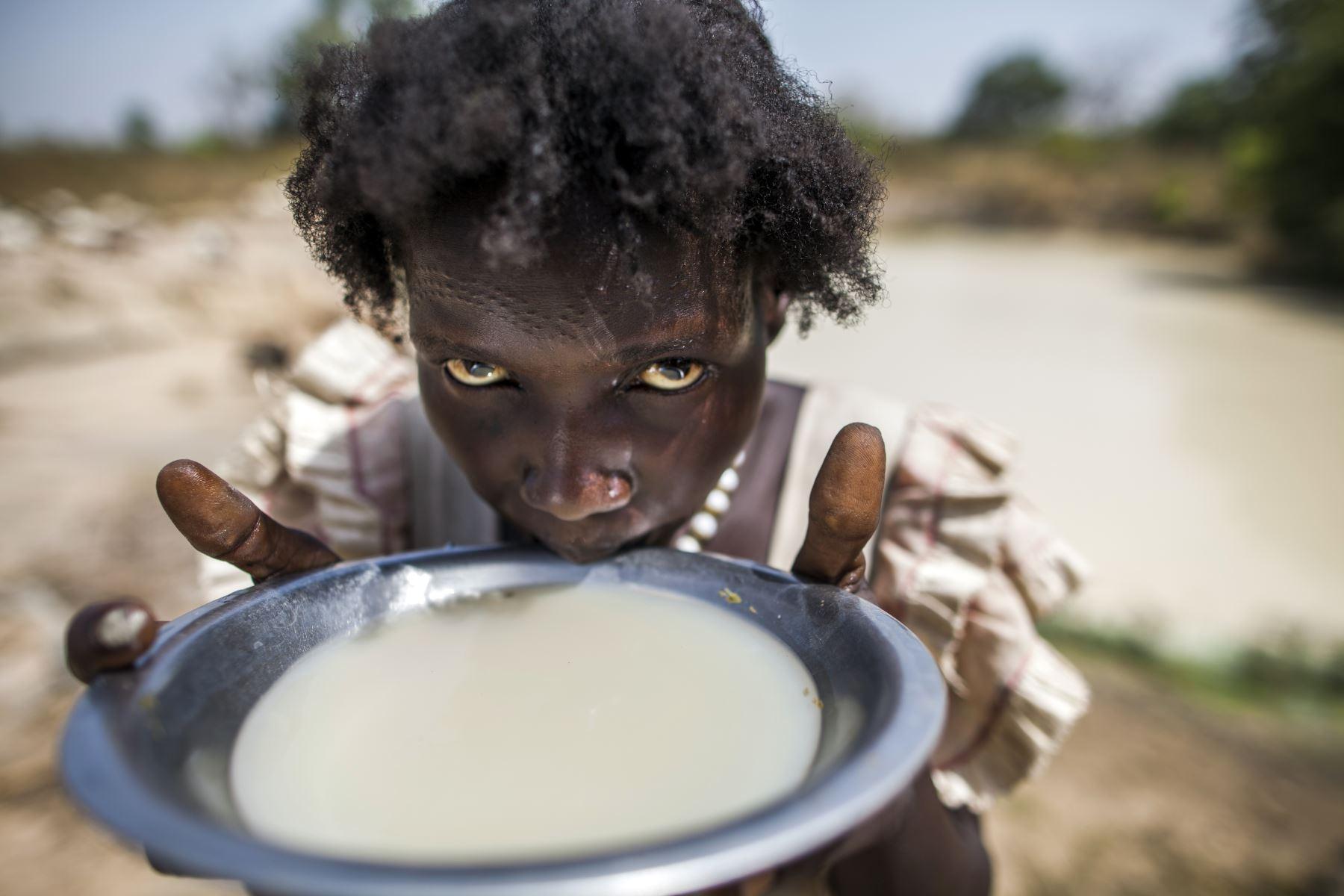 Recolecta y bebe agua  un campamento de desplazados de Barmayen  Sudán del Sur. AFP