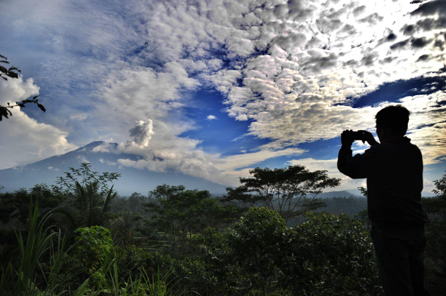 Hombre toma una foto a una nube de humo del volcán Monte Agung,  Indonesia de Bali. AFP