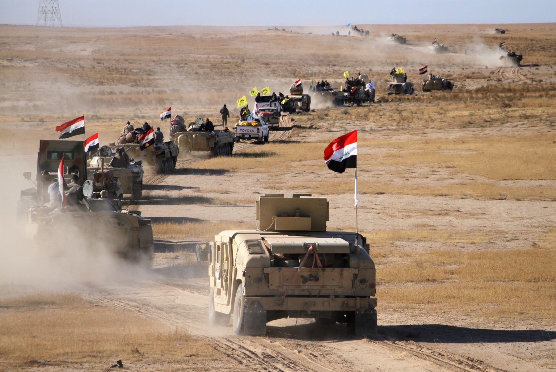 Vehículos de combate de infantería  de fuerzas iraquíes,  avanzan en el desierto de Mosul. AFP