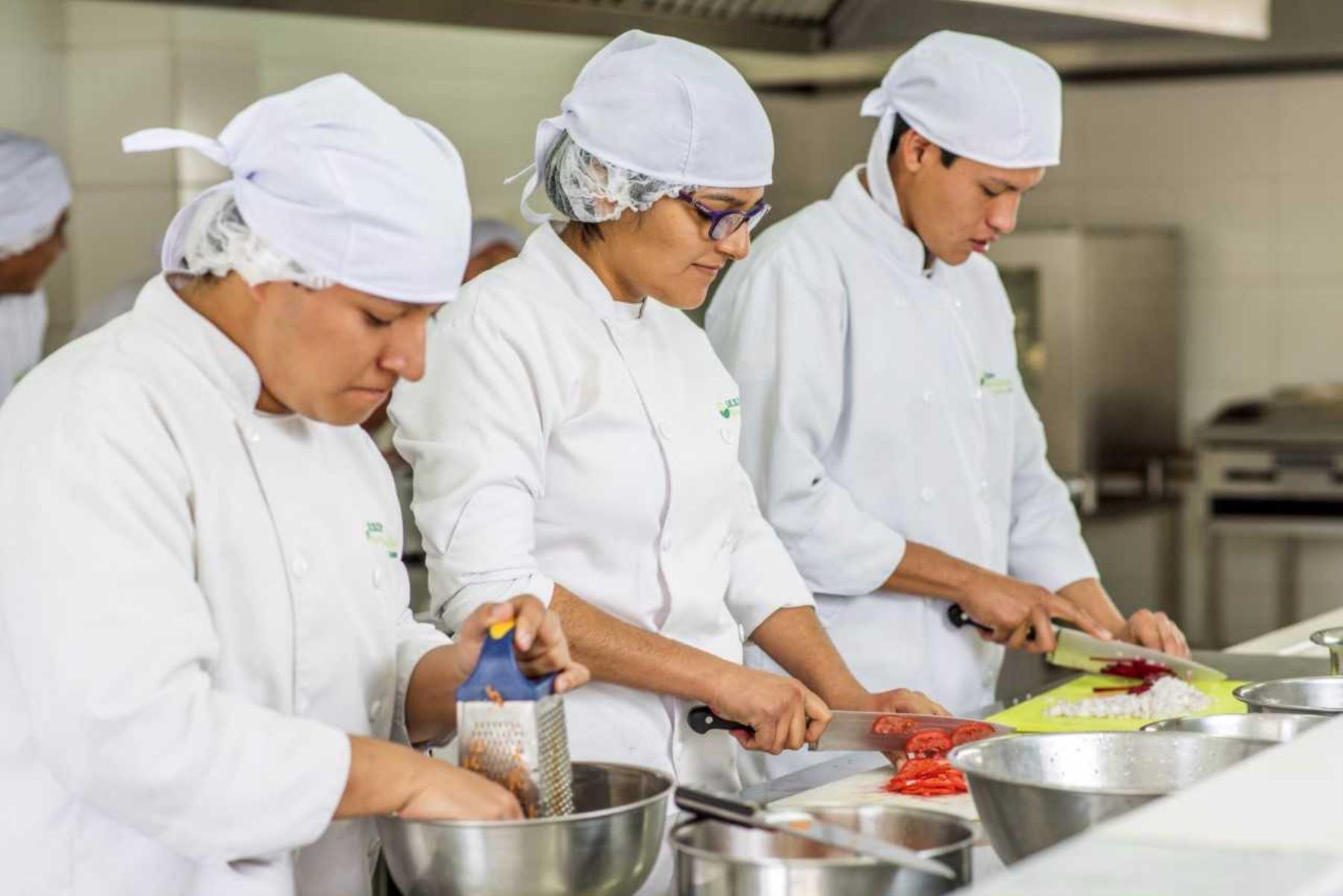 Cocineros de la Fundación Pachacutec este 10 de diciembre en el Parque de la Exposición.