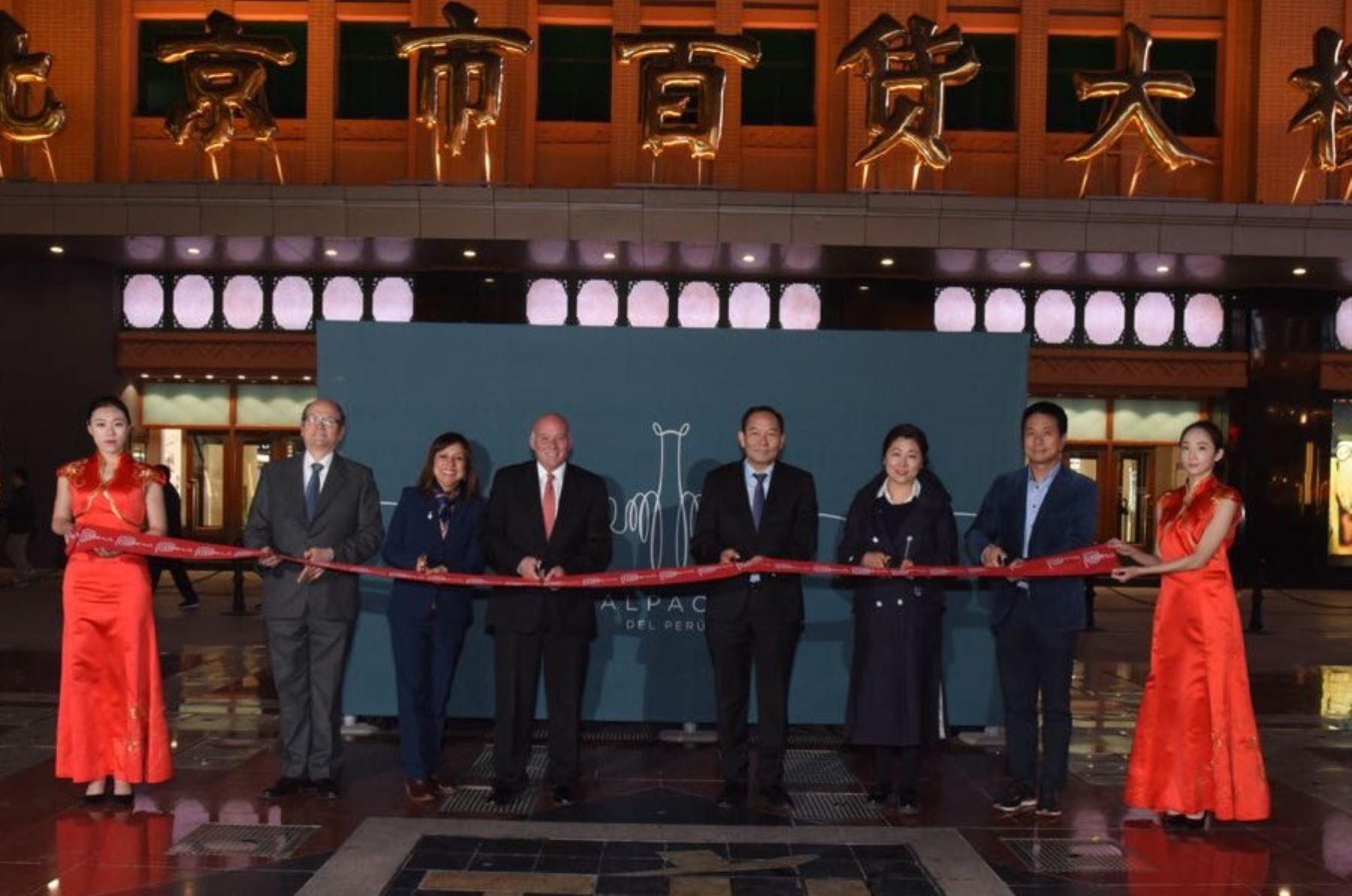 Ministro Eduardo Ferreyros inaugura primera tienda de productos de alpaca en China. Foto: Cortesía.