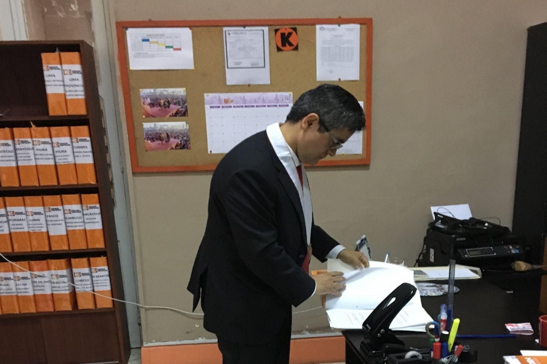 Fiscal Juan Domingo Pérez, encargado de la investigación a Fuerza Popular, revisa documentación en local partidario de Paseo Colón. Foto: Cortesía.