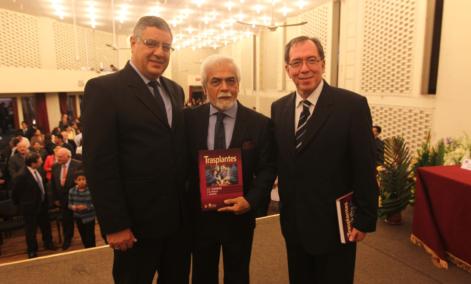 Presidente de EsSalud asistió a presentación de libro. Foto: Difusión