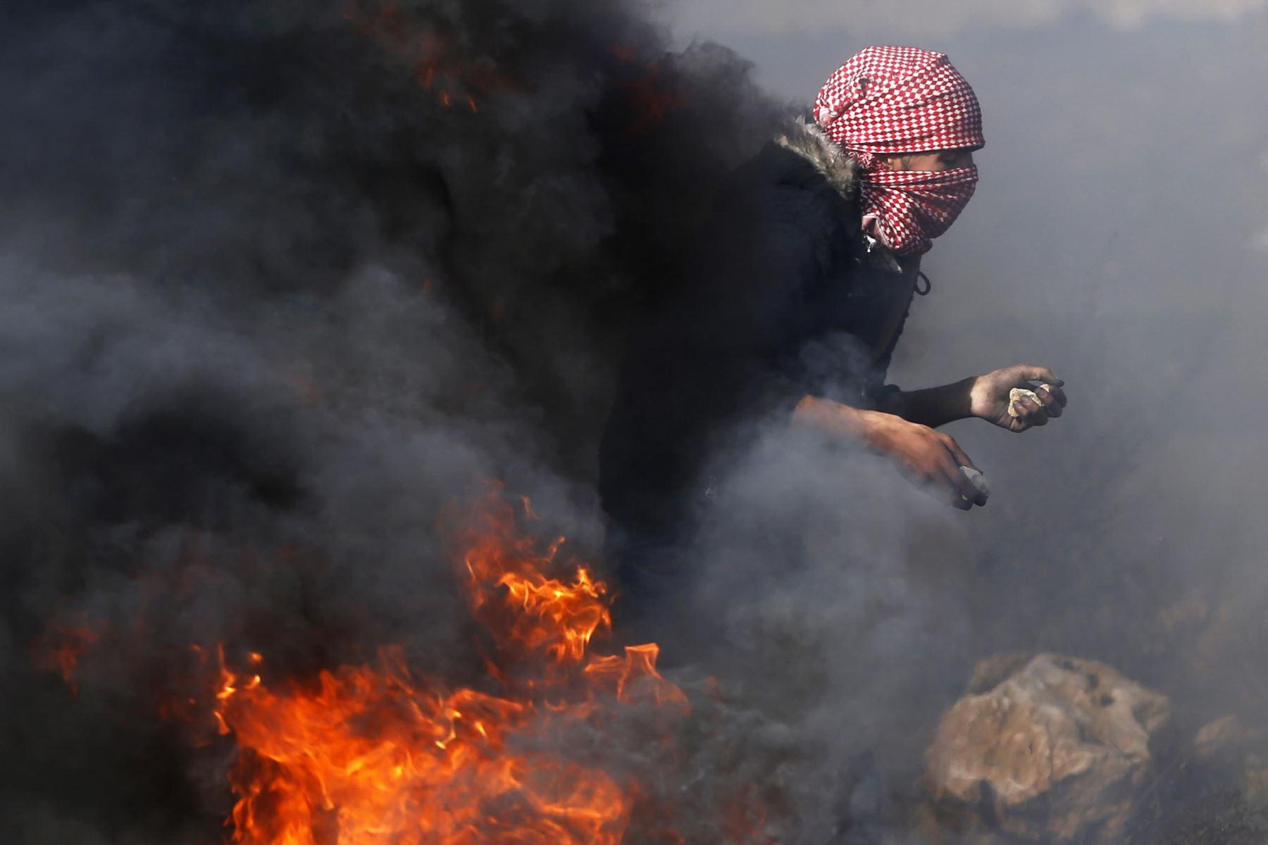 Un manifestante palestino se prepara para lanzar piedras contra las fuerzas de seguridad israelíes en Cisjordania. Foto: AFP