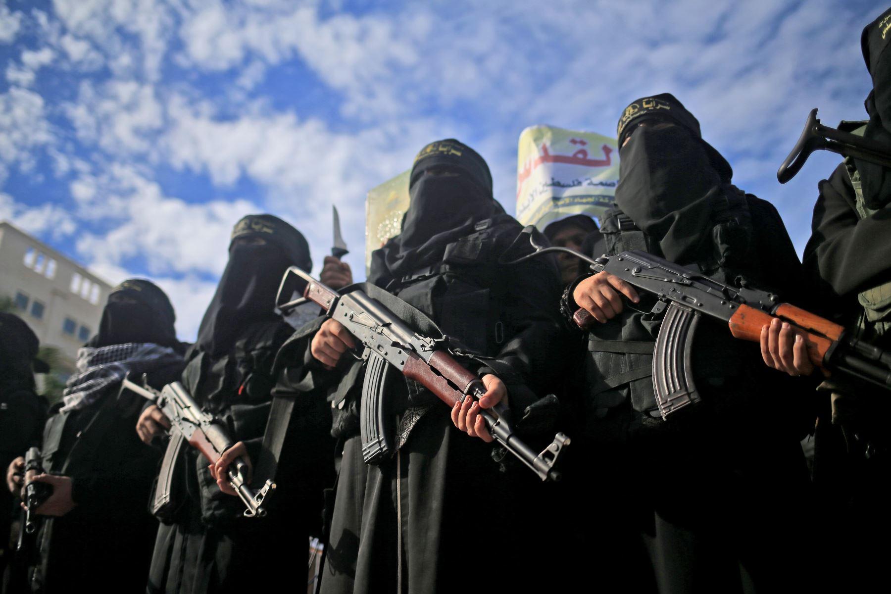 Mujeres armadas del grupo militante palestino Jihad Islámica llevan rifles de asalto Kalashnikov en Gaza. Foto: AFP
