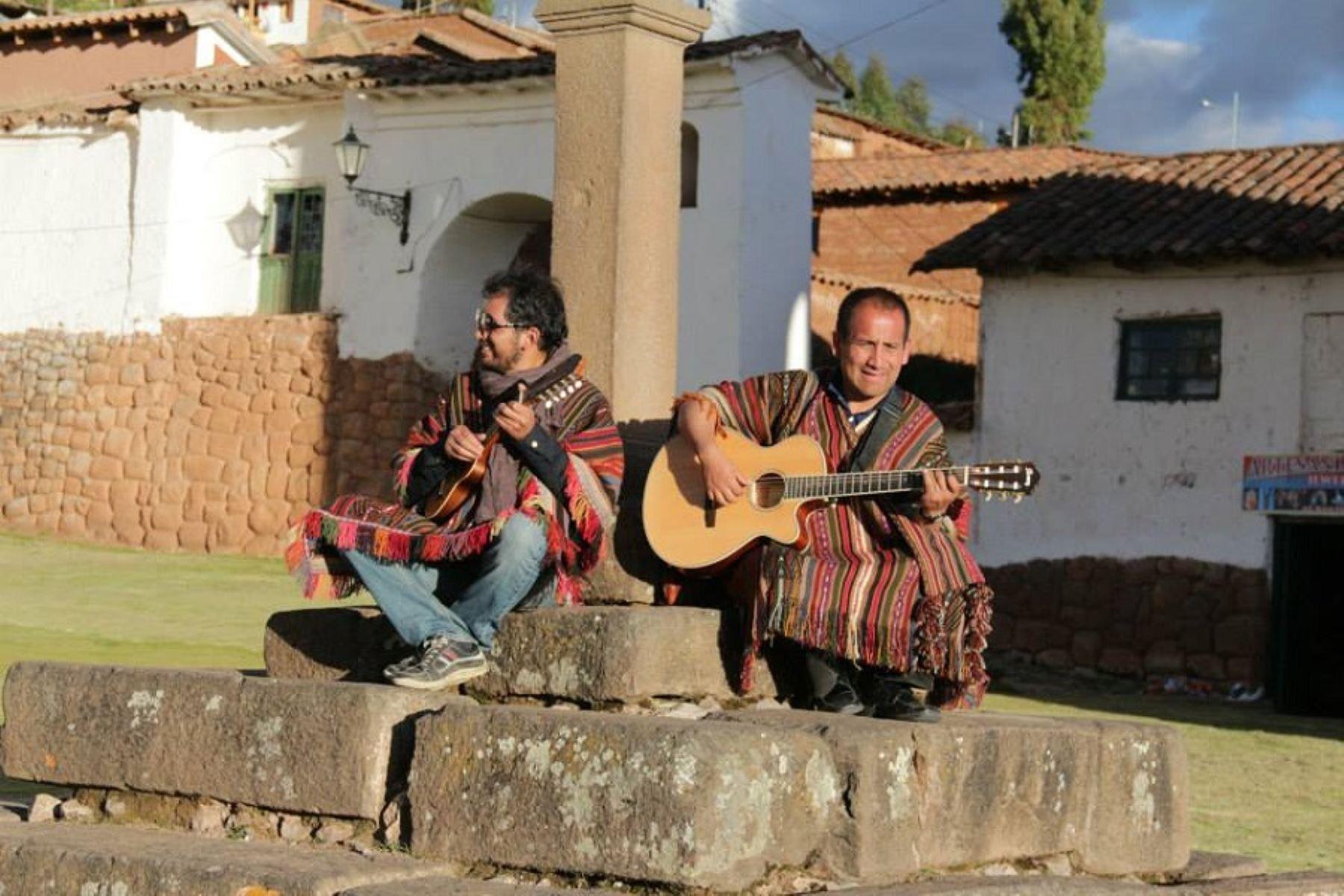 Los músicos cusqueños Pedro Gutiérrez y Willy Farfán compusieron una canción dedicada al Papa Francisco.  ANDINA