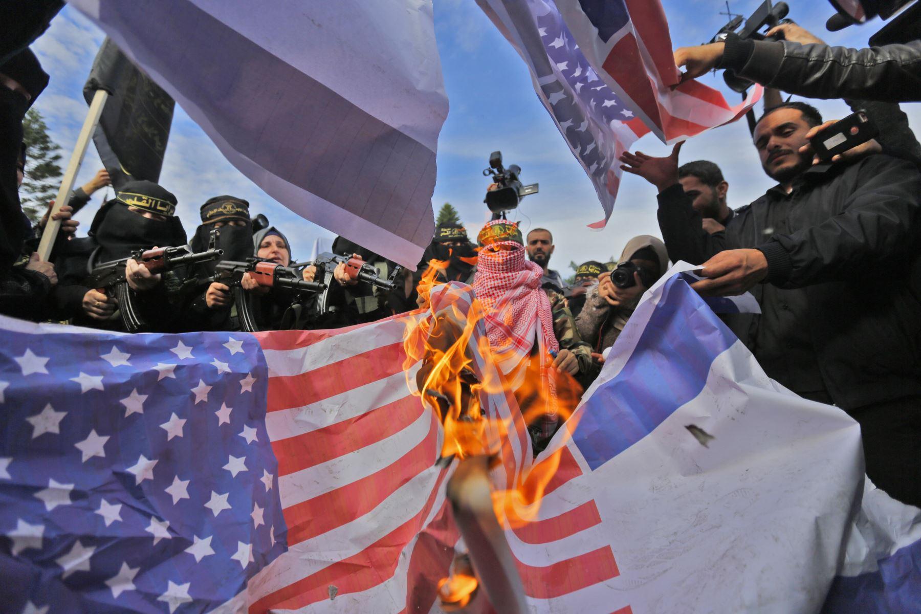 Partidarios del militante grupo palestino Jihad Islámica queman banderas estadounidenses en Gaza. Foto: AFP