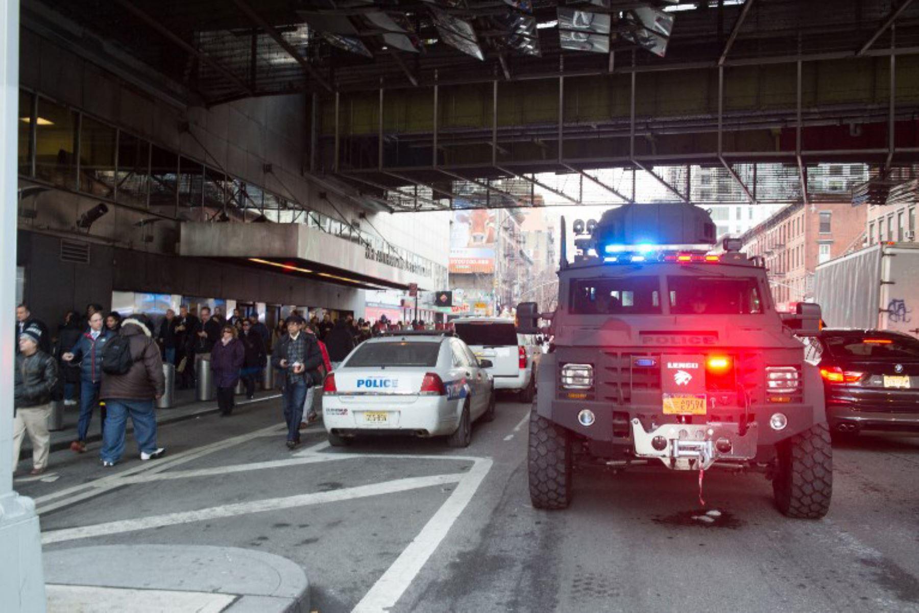 La policía de Nueva York investiga una explosión en una terminal de autobuses de Manhattan. Foto: AFP