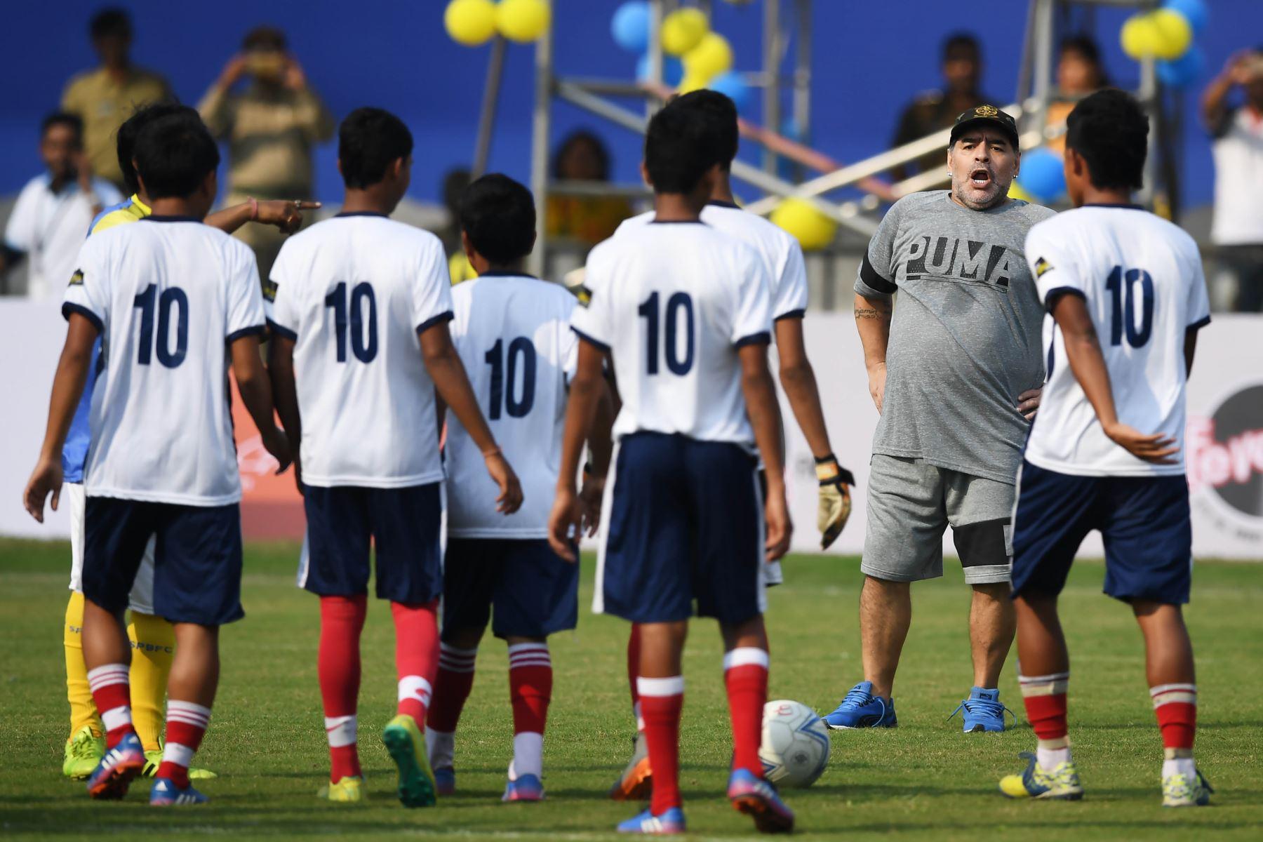 El futbolista argentino Diego Maradona, dirige un entrenamiento a estudiantes en la India. Foto: AFP