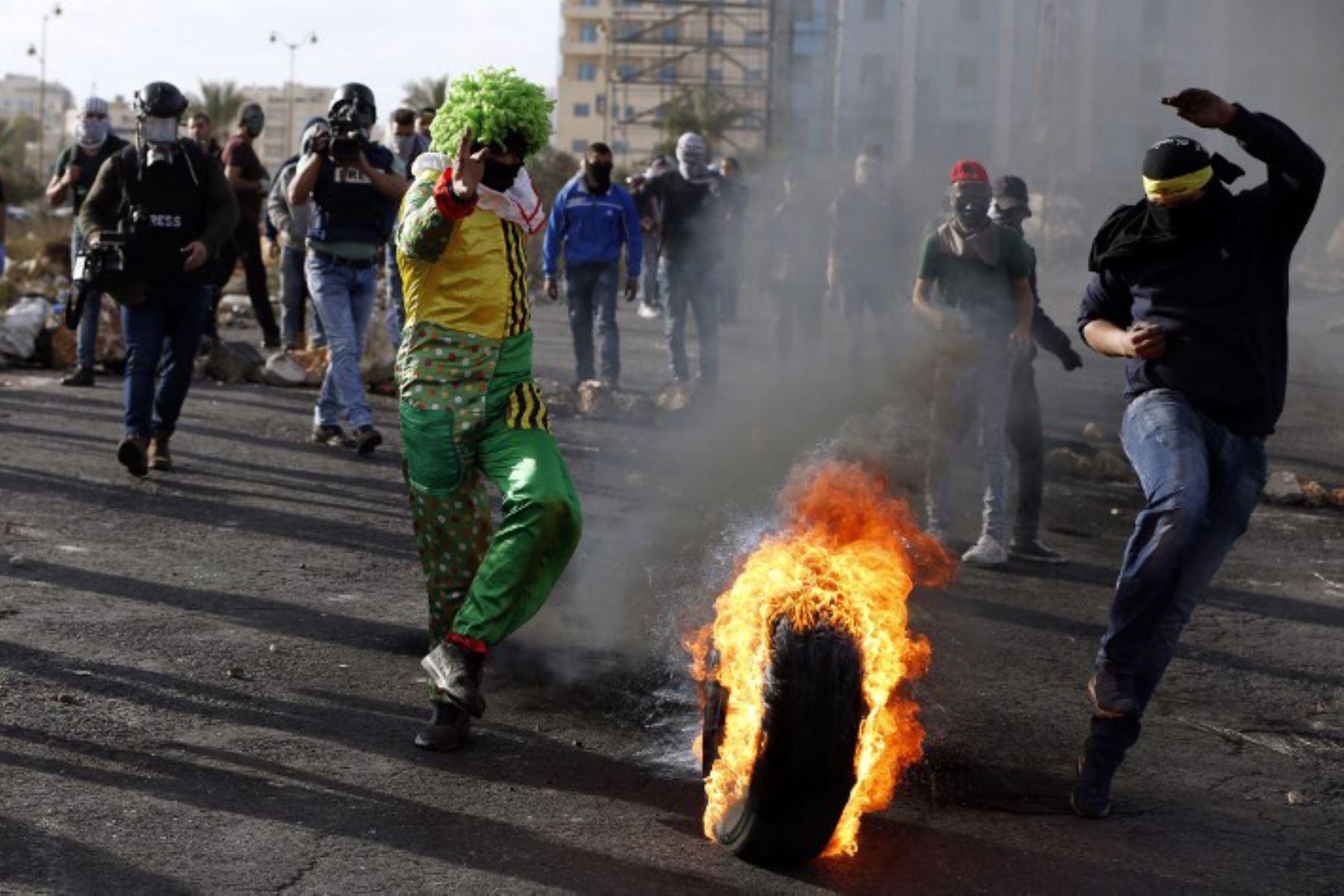 Fuerzas de seguridad israelíes se enfrentan con manifestantes palestinos en Cisjordania. Foto: AFP