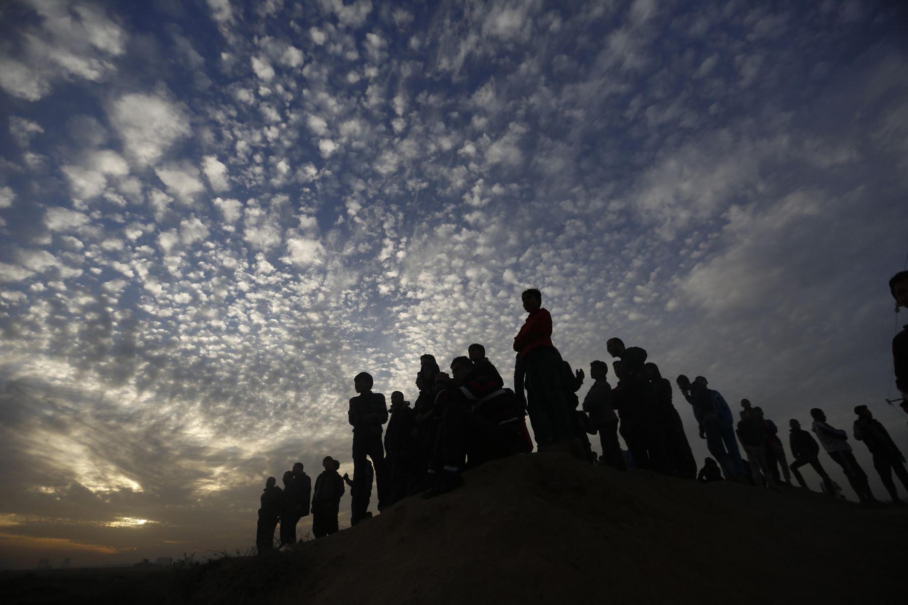 Manifestantes palestinos vigilan durante los enfrentamientos con las fuerzas israelíes en Gaza. Foto: AFP