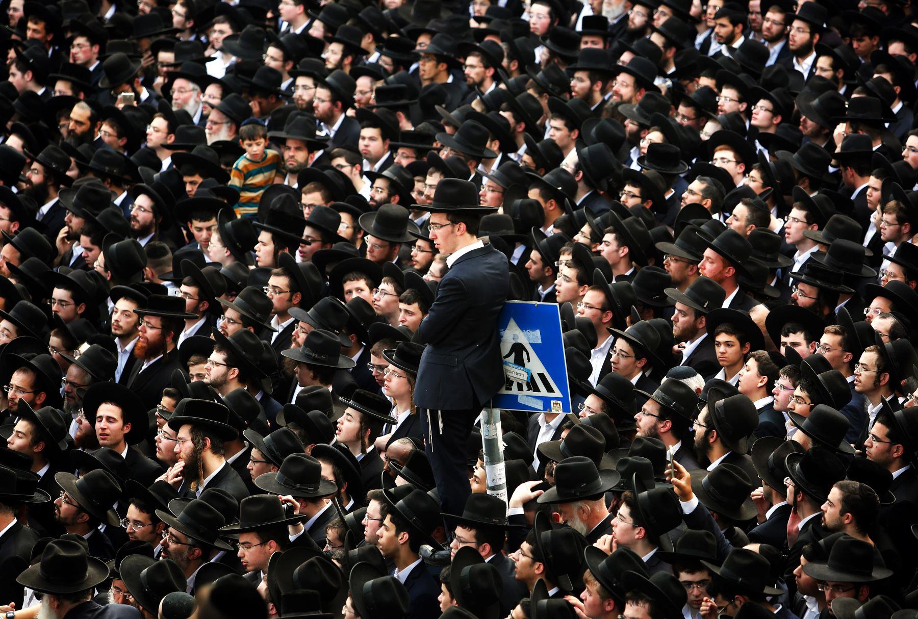 Judíos se reúnen para presenciar el funeral del rabino Aaron Yehuda Leib Shteinman. Foto: AFP