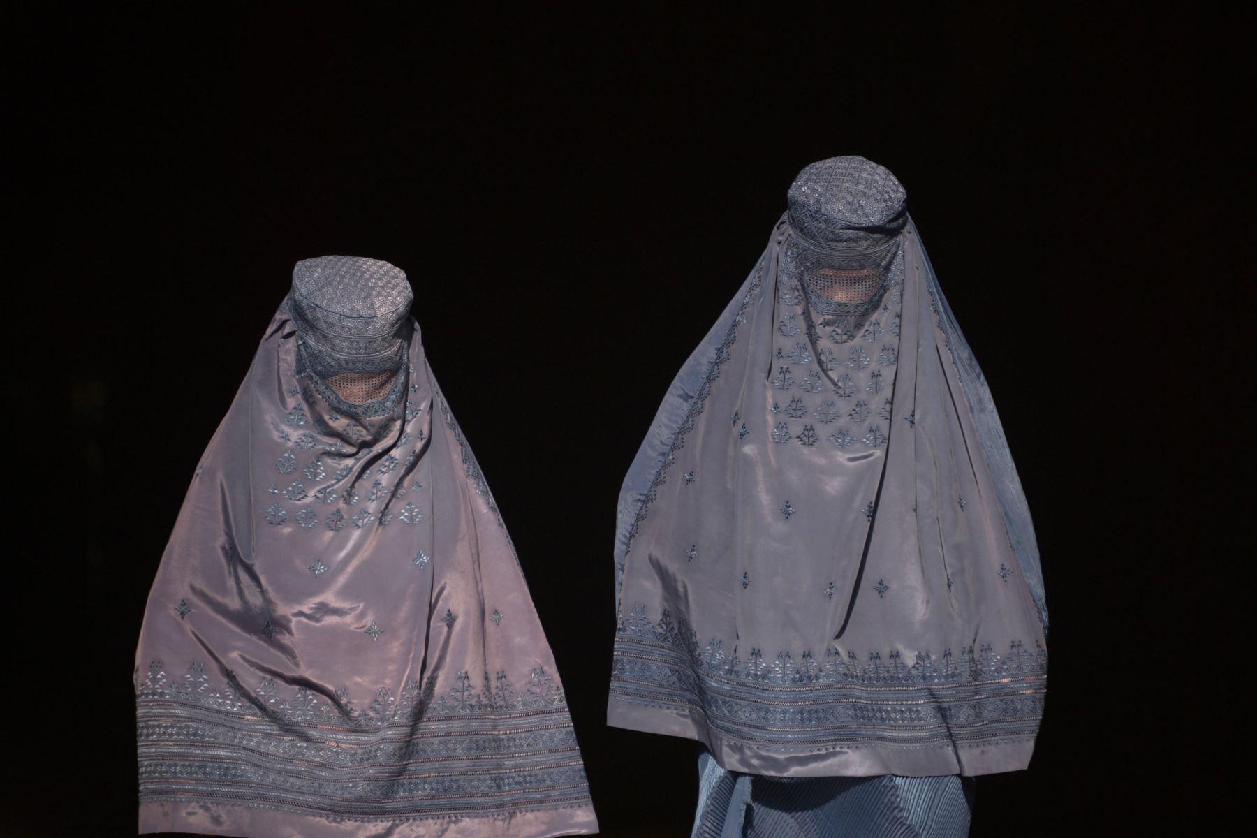 Mujeres vestidas de burka afgano caminan cuando salen de una tienda en un mercado en Mazar-i-Sharif. Foto: AFP