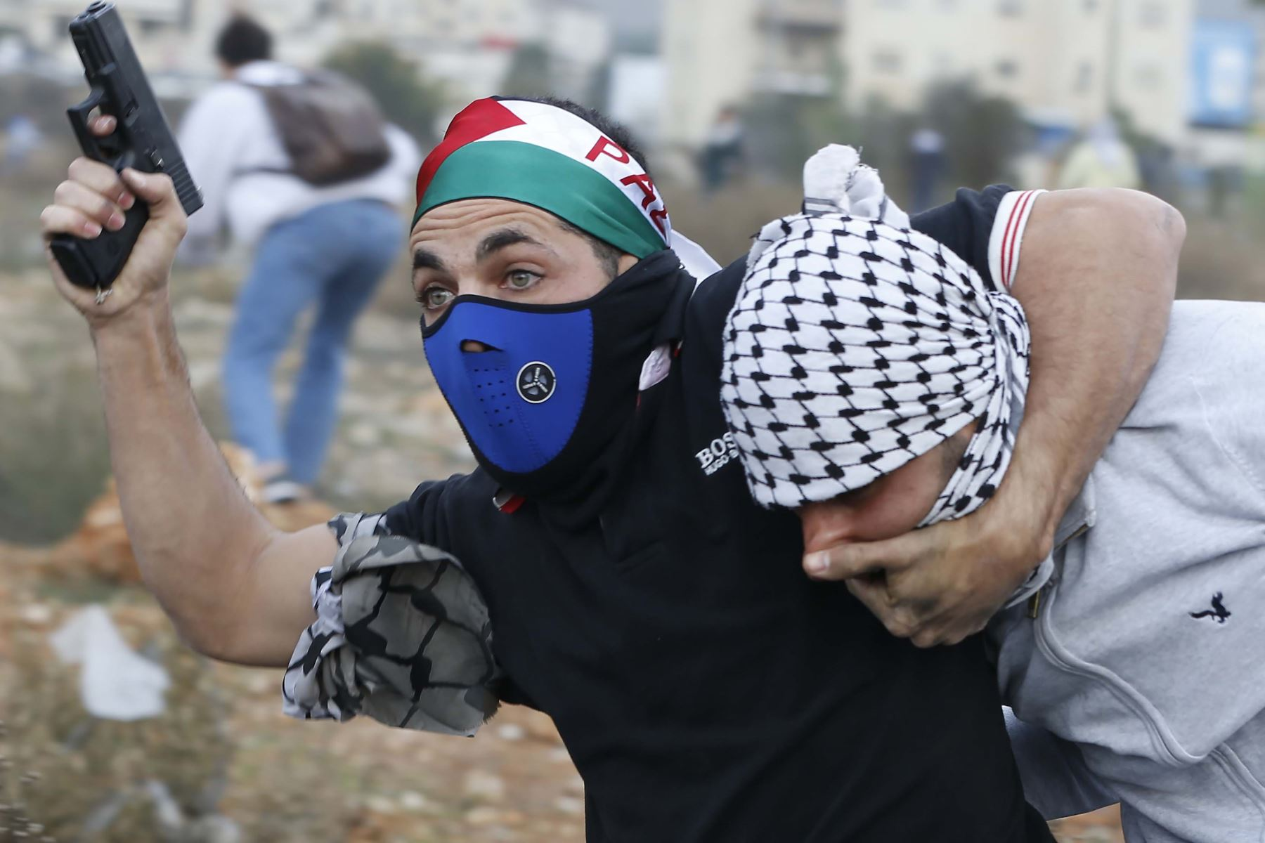 Policías encubiertos arrestan manifestantes palestinos en la ciudad Cisjordania. Foto: AFP