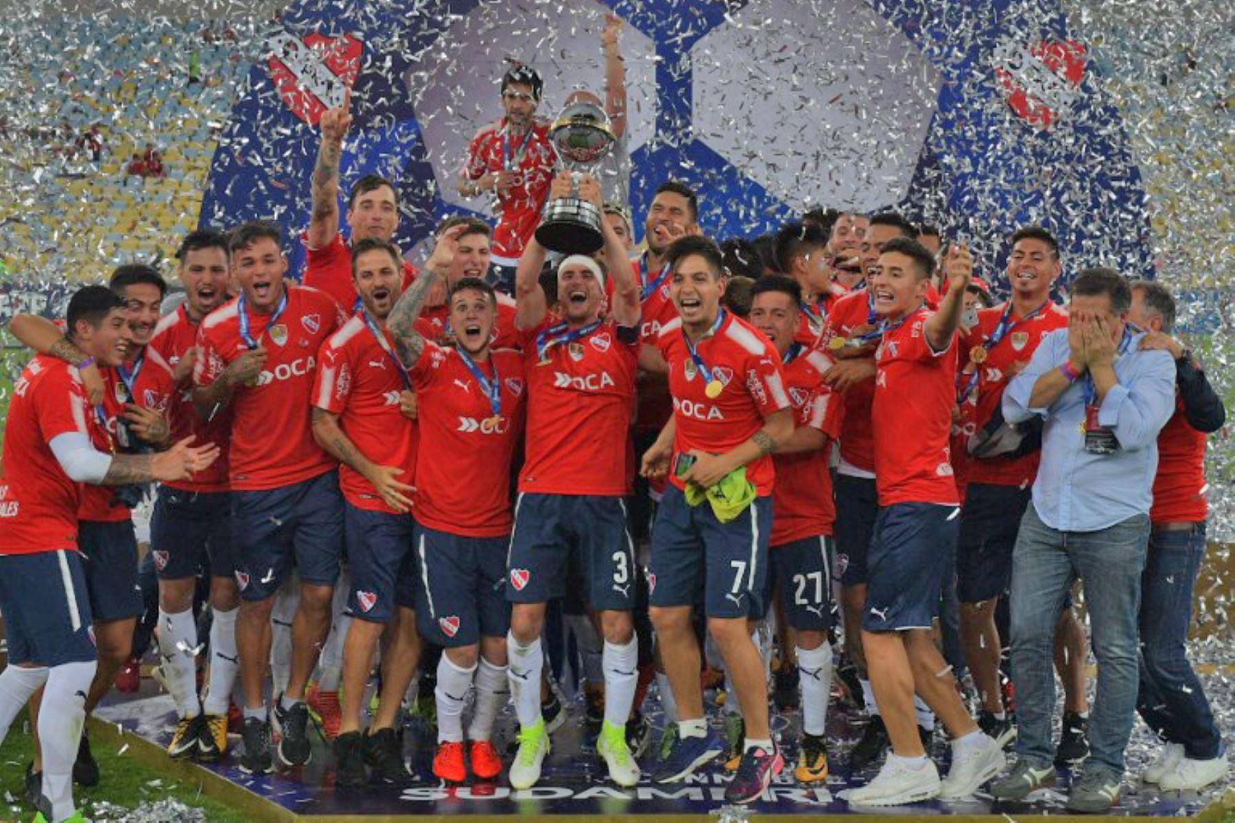 Jugadores argentinos del Independiente ganan la final de la Copa Sudamericana 2017 contra el Flamengo de Brasil. Foto: AFP