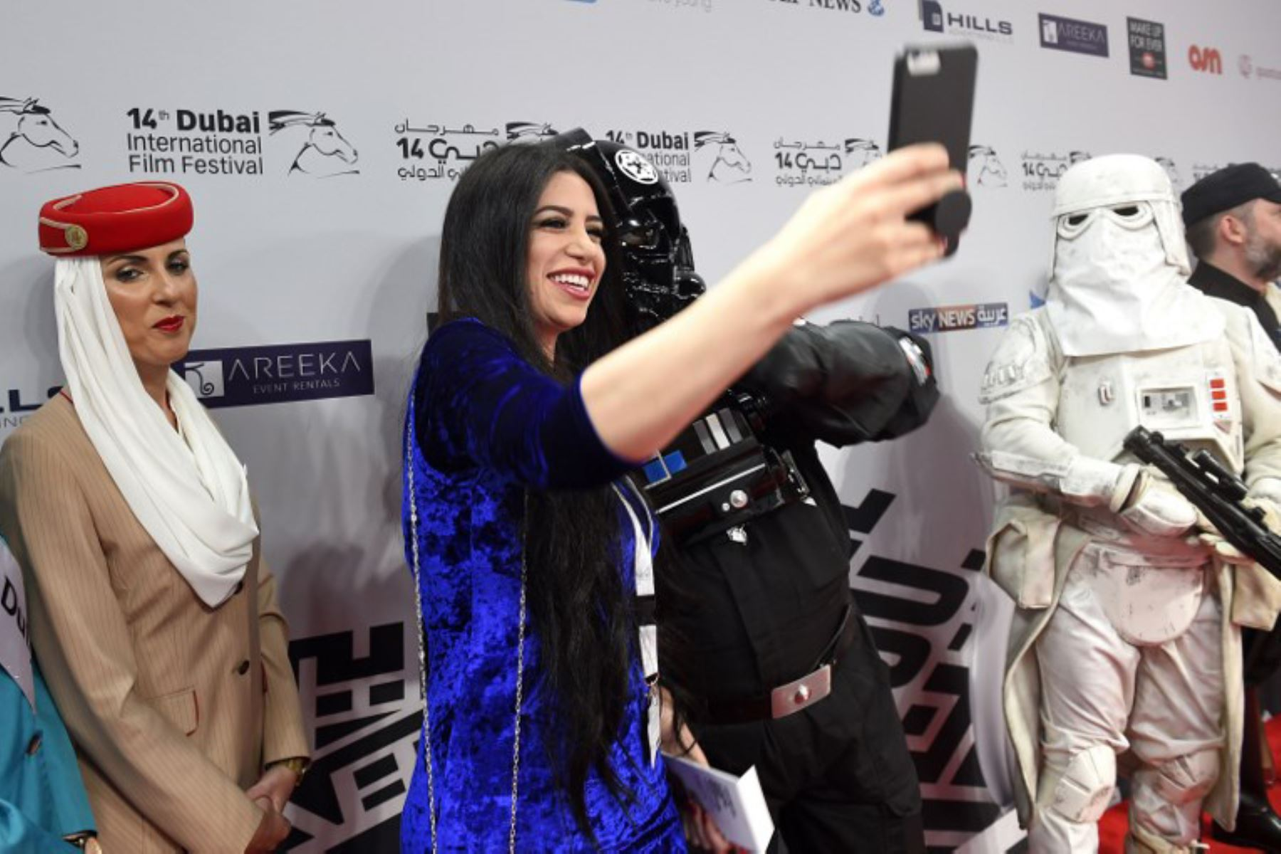 """Aficionados a Star Wars disfrazados asisten al estreno de la película """"Los últimos Jedi"""". Foto: AFP"""