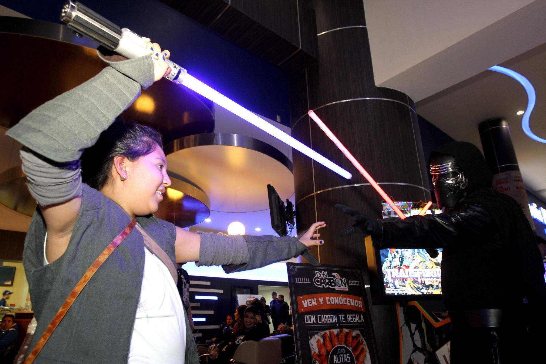 """Aficionados a Star Wars disfrazados asisten al estreno de la película """"Los últimos Jedi"""" en Mexico. Foto: AFP"""