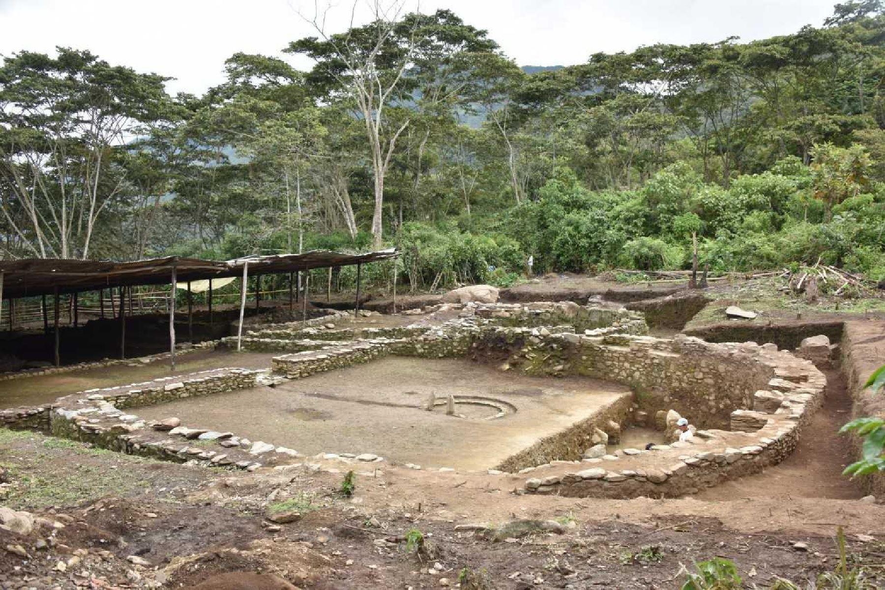 Los muros de un enorme templo, tiene la forma de la letra D, lo que hace desprender que esta arquitectura es propia de la cultura Wari que se originó en Ayacucho y se extendió a la selva cusqueña.