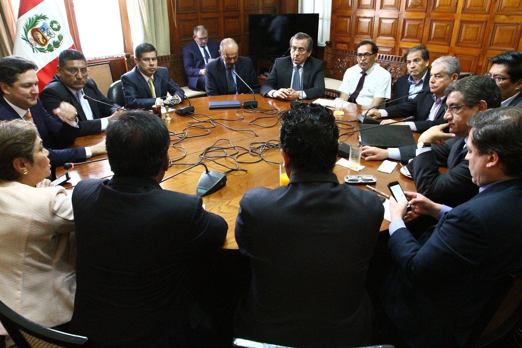 Felicita a Ecuador por la consulta