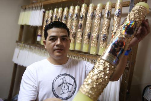 David Anaya, artesano que elabora cirios con motivo de la visita del Papa Francisco. Foto. ANDINA/Jhony Laurente