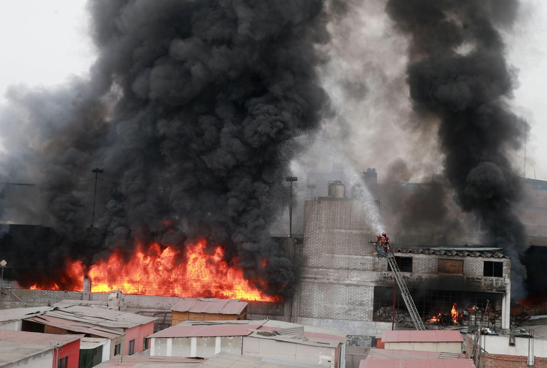 Más de 200 bomberos combaten el incendio en el Cercado de Lima. ANDINA/Vidal Tarqui