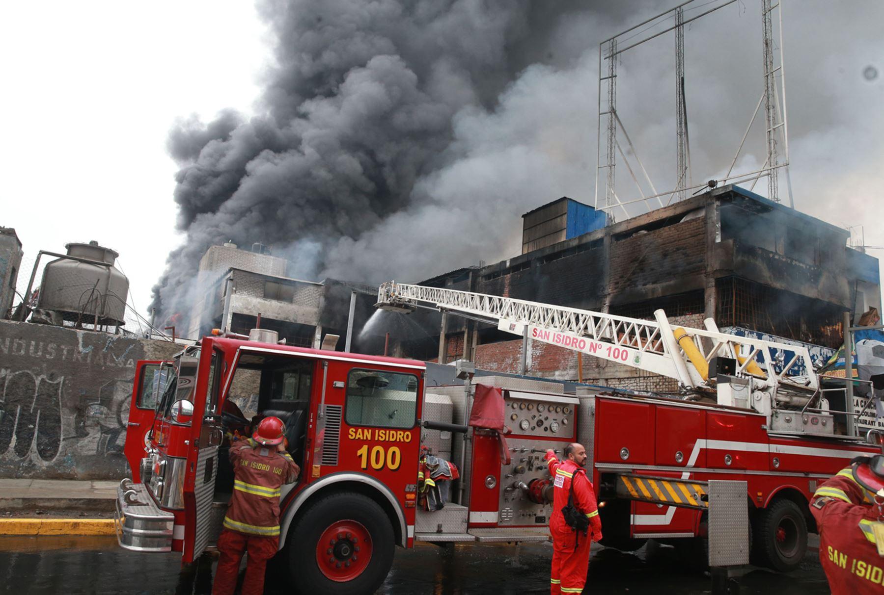 Más de 40 unidades de bomberos sofocan incendio en fábrica — Lima