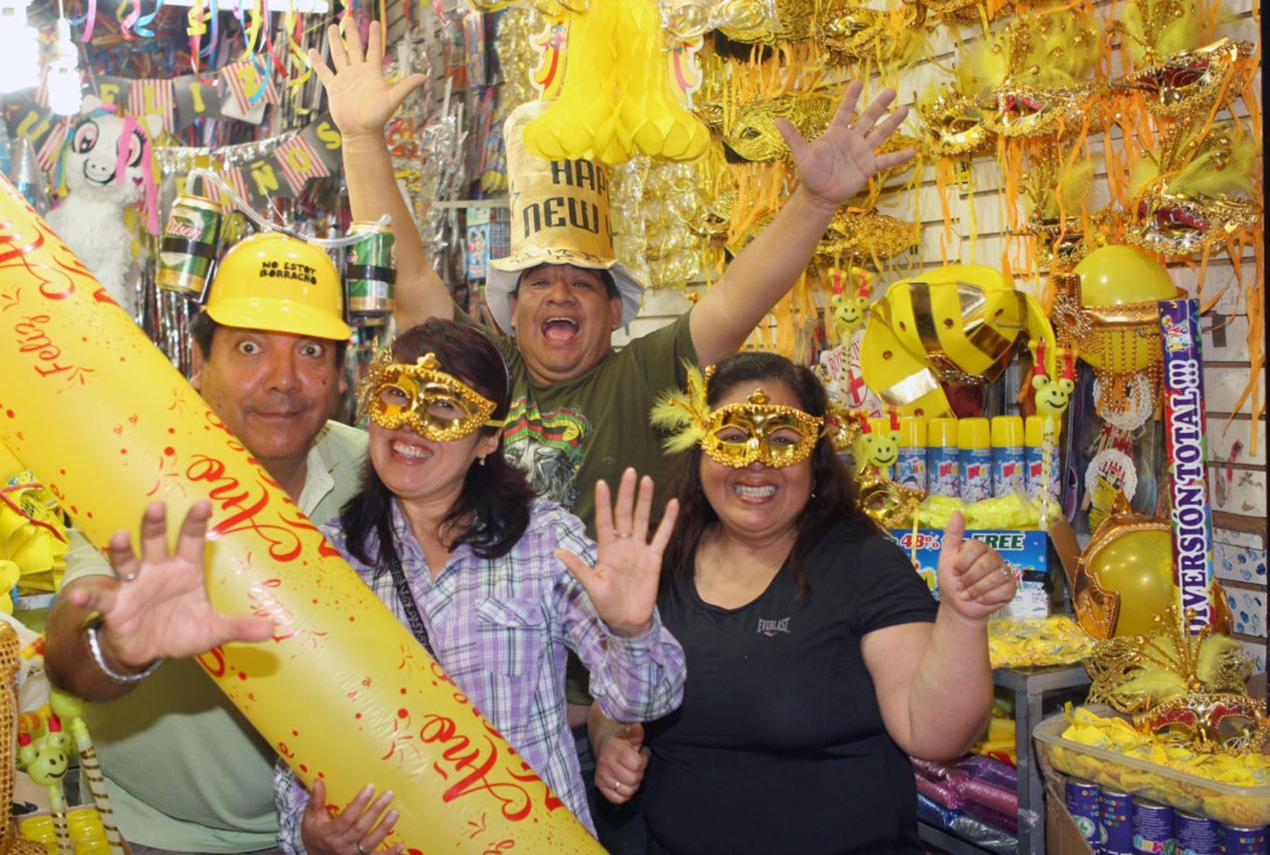 Prendas amarillas invaden zona comercial de Mesa Redonda. Foto: ANDINA/Héctor Vinces