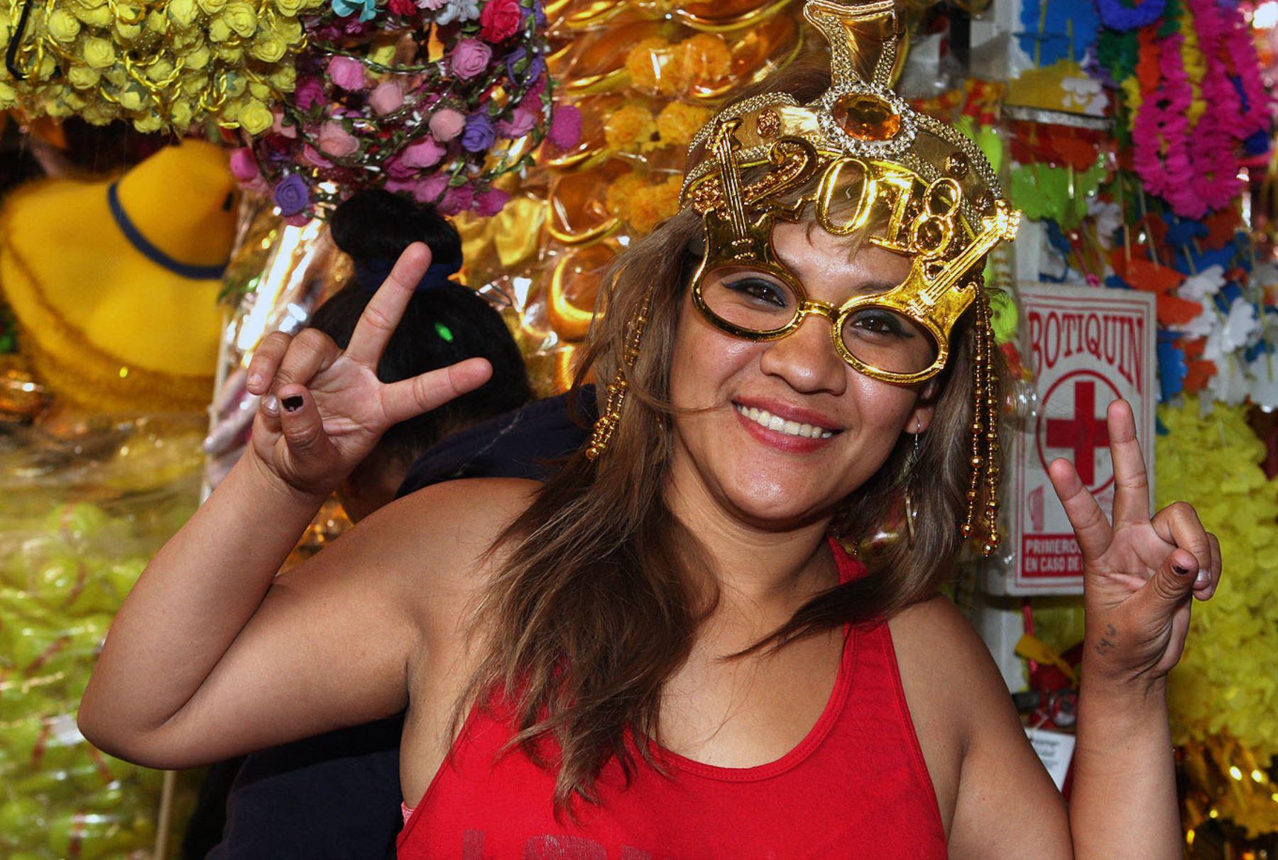 Mesa Redonda ofrece el cotillón necesario para celebrar llegada del nuevo año. Foto: ANDINA/Héctor Vinces