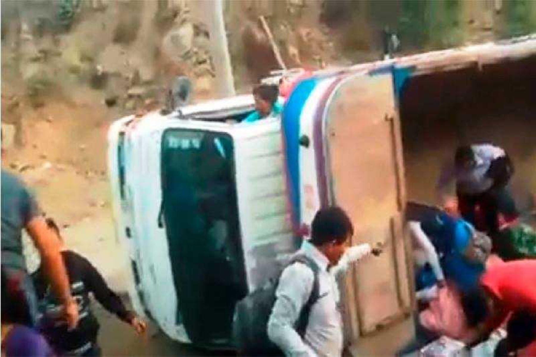 Camión vuelca en distrito ancashino de Quillo y deja 10 heridos graves