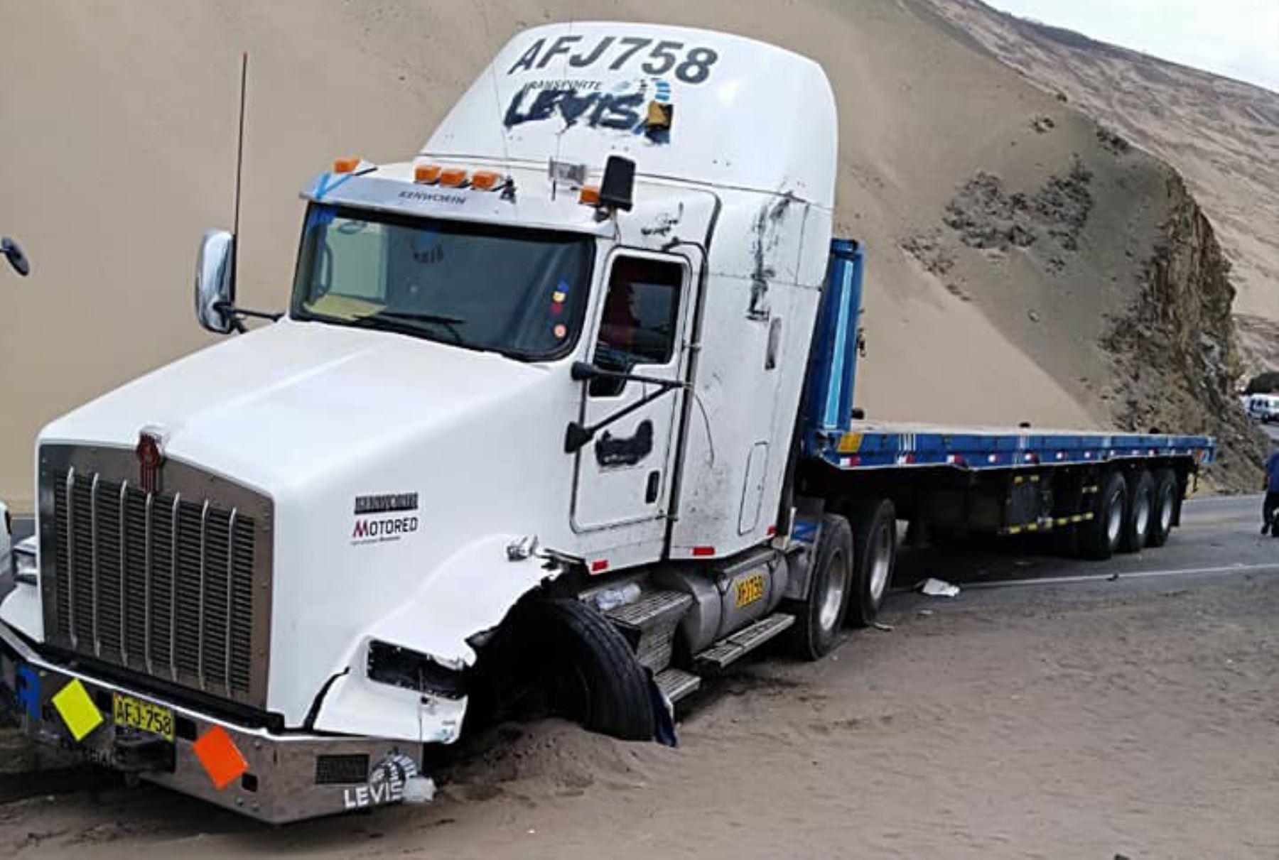 El camión remolcador que protagonizó en la víspera un choque con un bus de transporte interprovincial en Pasamayo tenía vencido el certificado de inspección técnica vehicular, reveló la Superintendencia de Transporte Terrestre de Personas, Carga y Mercancías (Sutran). Foto: Twitter.